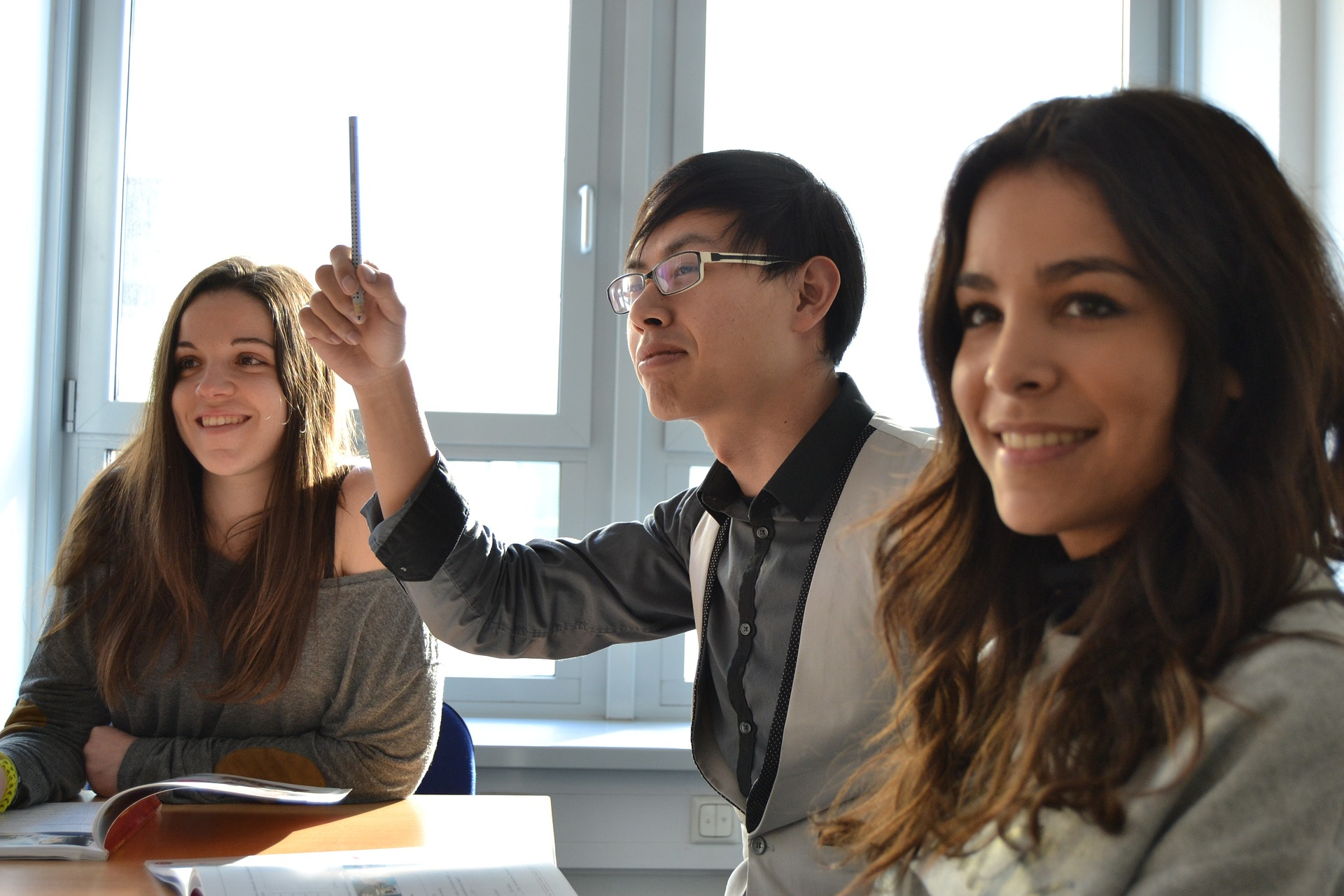 Una de las mejores formas de practicar un idioma es haciendo tandem con otros estudiantes nativos.
