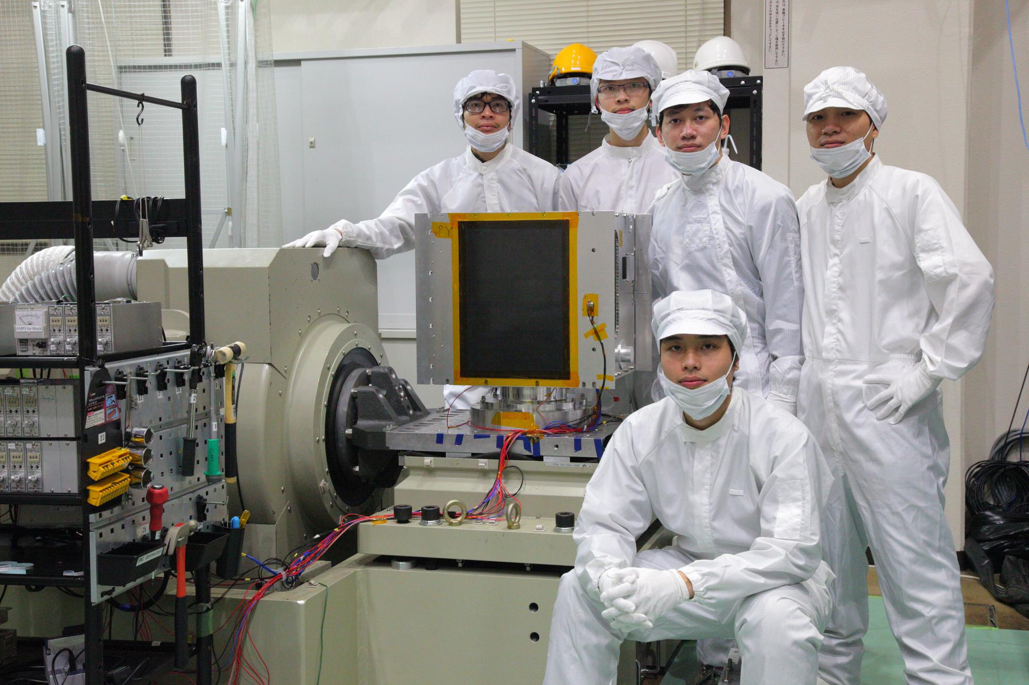 Các kỹ sư của VNSC học tập và thực hành chế tạo vệ tinh MicroDragon tại Nhật Bản. (Nguồn: VNSC)