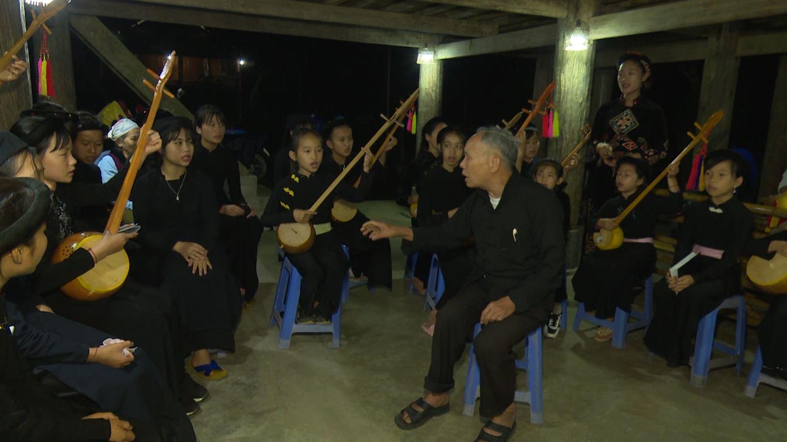 L'artiste Ha Thuan (centre) et des membres du club du chant