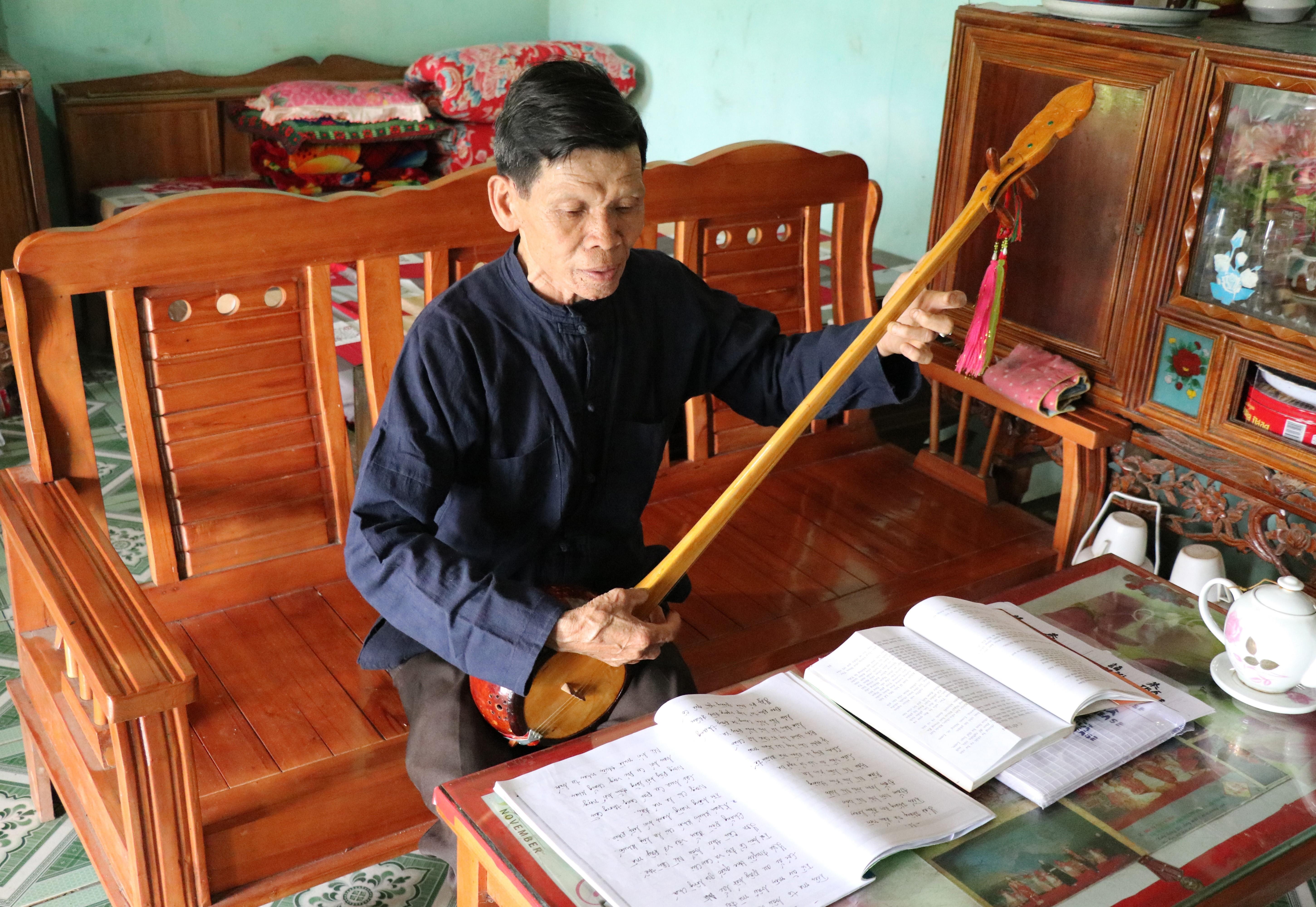 L'Artisan émérite Luu Xuan Lai est l'un des principaux maîtres de Then  de la communauté Tay du  district de Dinh Hoa, province de Thai Nguyen