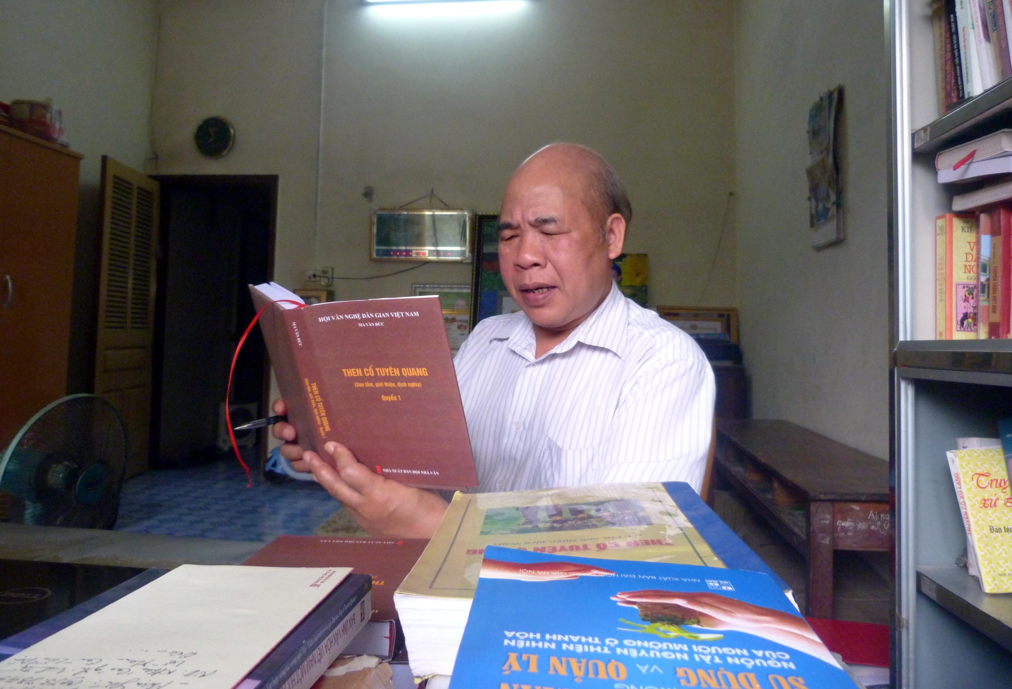 """L'Artiste émérite Ma Van Duc, auteur du livre de 1.000 pages """"Ancien Then de Tuyen Quang"""""""