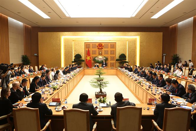 Prime Minister Nguyen Xuan Phuc meets withexperts,scientists, and   representativesattending the summit (Photo: VNA)