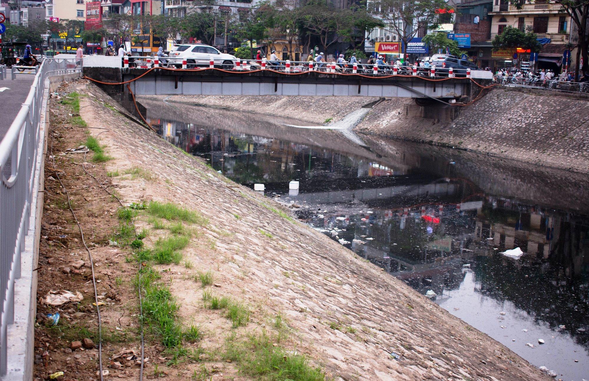 Dọc hai ben sông Tô Lịch có rất nhiều điểm xả nước thải từ khu dân cư. (Ảnh: Thoa Chu/Vietnam+)
