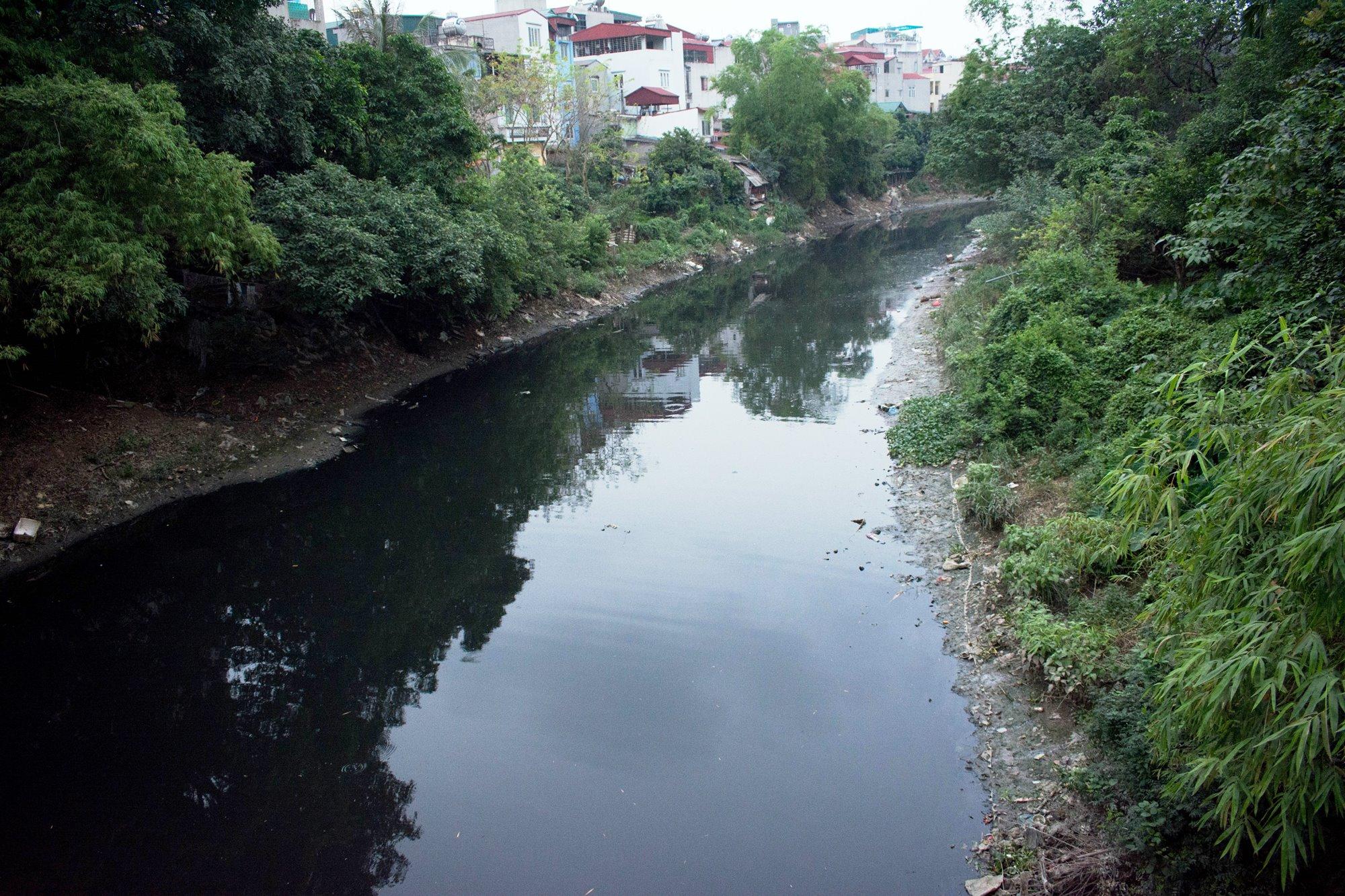 Nước sông Nhuệ đang bị ô nhiễm nặng. (Ảnh: Thoa Chu/Vietnam+)