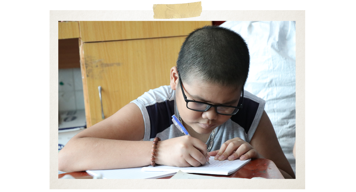 """Tien attained the """"excellent student"""" title from the first to the seventh grade. His favourite subjects are mathematics and English (Photo: VietnamPlus)"""