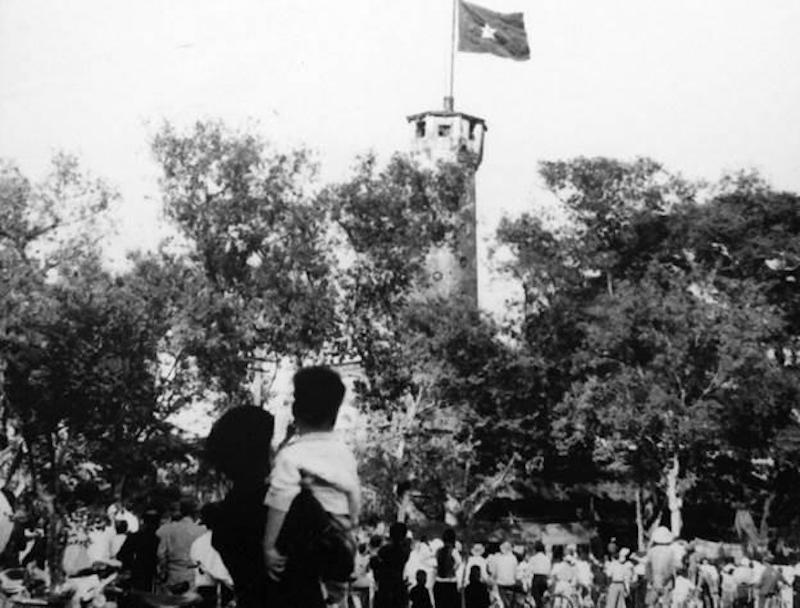 Los capitalinos centraron sus miradas en la bandera nacional que ondeaba en el asta de Hanoi, el 10 de octubre de 1954. (Fuente: VNA)