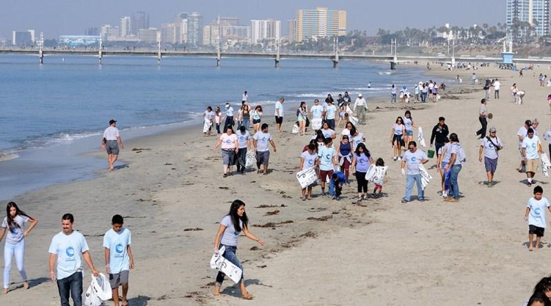 Hoạt động cộng đồng dọn sạch bãi biển ở California, Mỹ. (Nguồn:longbeachlocalnews.com)