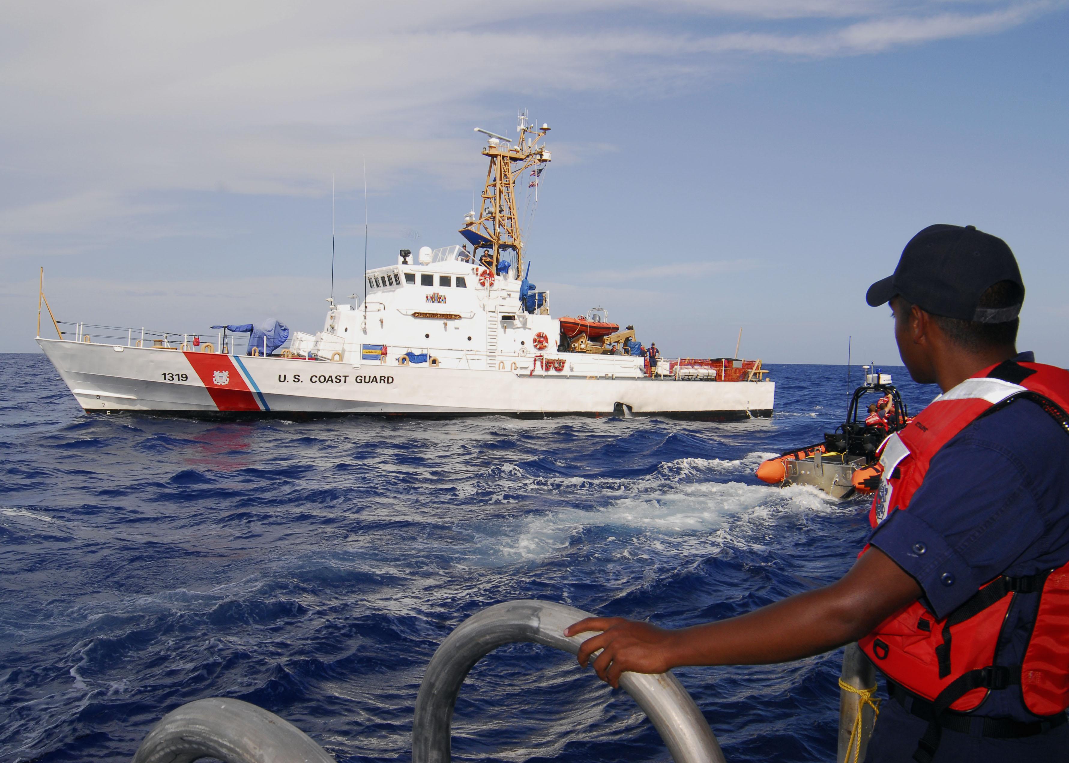 Lực lượng bảo vệ bờ biển Mỹ làm nhiệm vụ trên biển. (Nguồn:bunkerist.com)