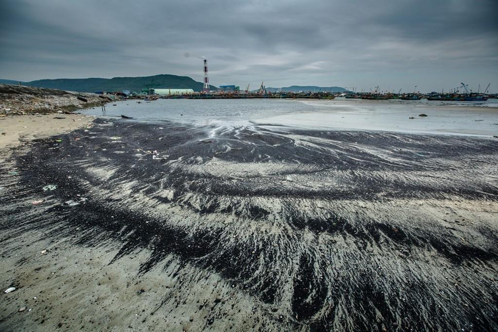 Tình trạng ô nhiễm dọc bờ biển xã Hải Hà, huyện Tĩnh Gia (Thanh Hóa) năm 2017 do nước thải, rác thải từ các khu dân cư, nhà máy, nhà hàng xả thường xuyên ra biển gây ô nhiễm môi trường trầm trọng. (Ảnh; Trọng Đạt/TTXVN)
