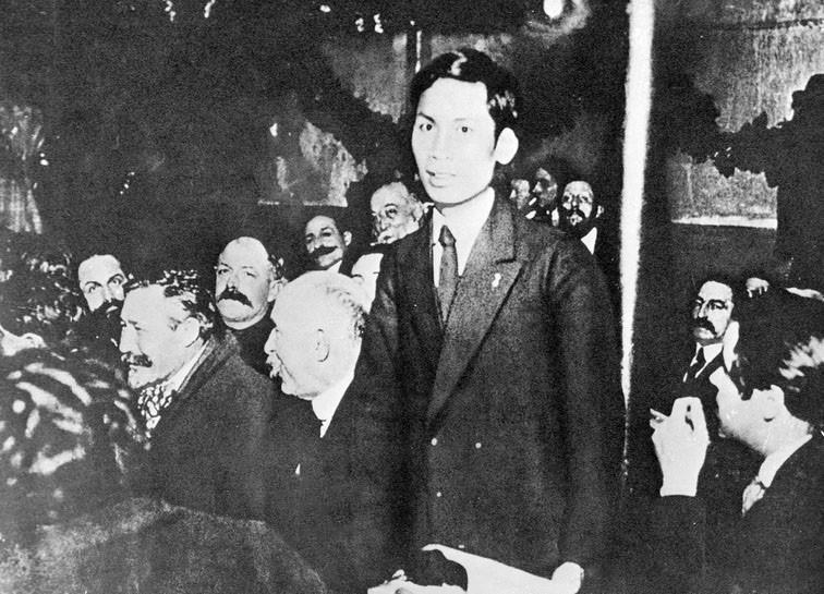 Từ ngày 25-30/12/1920, chàng thanh niên yêu nước Nguyễn Ái Quốc (tên của  Chủ tịch Hồ Chí Minh trong thời gian hoạt động cách mạng ở Pháp) tham  dự Đại hội lần thứ 18 Đảng Xã hội Pháp ở thành phố Tours với tư cách đại  biểu Đông Dương. Nguyễn Ái Quốc ủng hộ Luận cương của V.I.Lenin về vấn  đề dân tộc và thuộc địa; tán thành việc thành lập Đảng Cộng sản Pháp và  trở thành một trong những người sáng lập Đảng Cộng sản Pháp, và cũng là  người Cộng sản đầu tiên của dân tộc Việt Nam. (Nguồn: Tư liệu TTXVN)