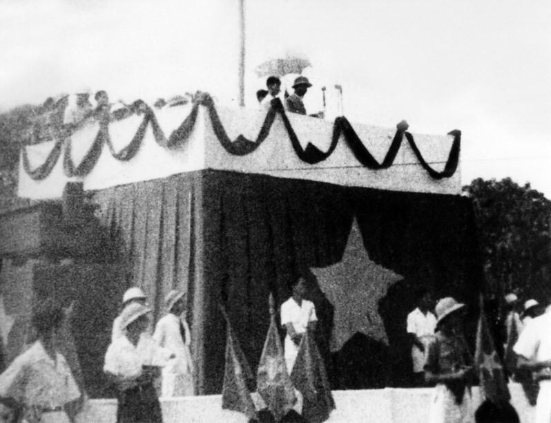 """Ngày 2/9/1945, tại Quảng trường Ba Đình lịch sử, Chủ tịch Hồ Chí Minh  đọc Tuyên ngôn Độc lập, khai sinh nước Việt Nam Dân chủ Cộng hòa, khẳng  định trước quốc dân đồng bào và toàn thế giới: """"Nước Việt Nam có quyền  hưởng tự do và độc lập, và sự thực đã thành một nước tự do và độc lập.  Toàn thể dân Việt Nam quyết đem tất cả tinh thần và lực lượng, tính mệnh  và của cải để giữ vững quyền tự do và độc lập ấy."""" Đó cũng là tư tưởng  bất hủ mà Chủ tịch Hồ Chí Minh đã đặt ra với cả thế giới ngay khi nước  Việt Nam Dân chủ Cộng hòa ra đời. (Nguồn: Tư liệu TTXVN)"""