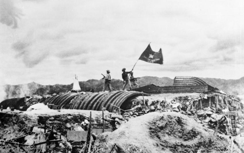 """Chiều 7/5/1954, lá cờ """"Quyết chiến - Quyết thắng"""" của Quân đội nhân dân Việt Nam tung bay trên nóc hầm tướng De Castries, đánh dấu thời khắc của chiến thắng Điện Biên Phủ """"lừng lẫy năm châu, chấn động địa cầu."""" (Ảnh: Tư liệu TTXVN)"""