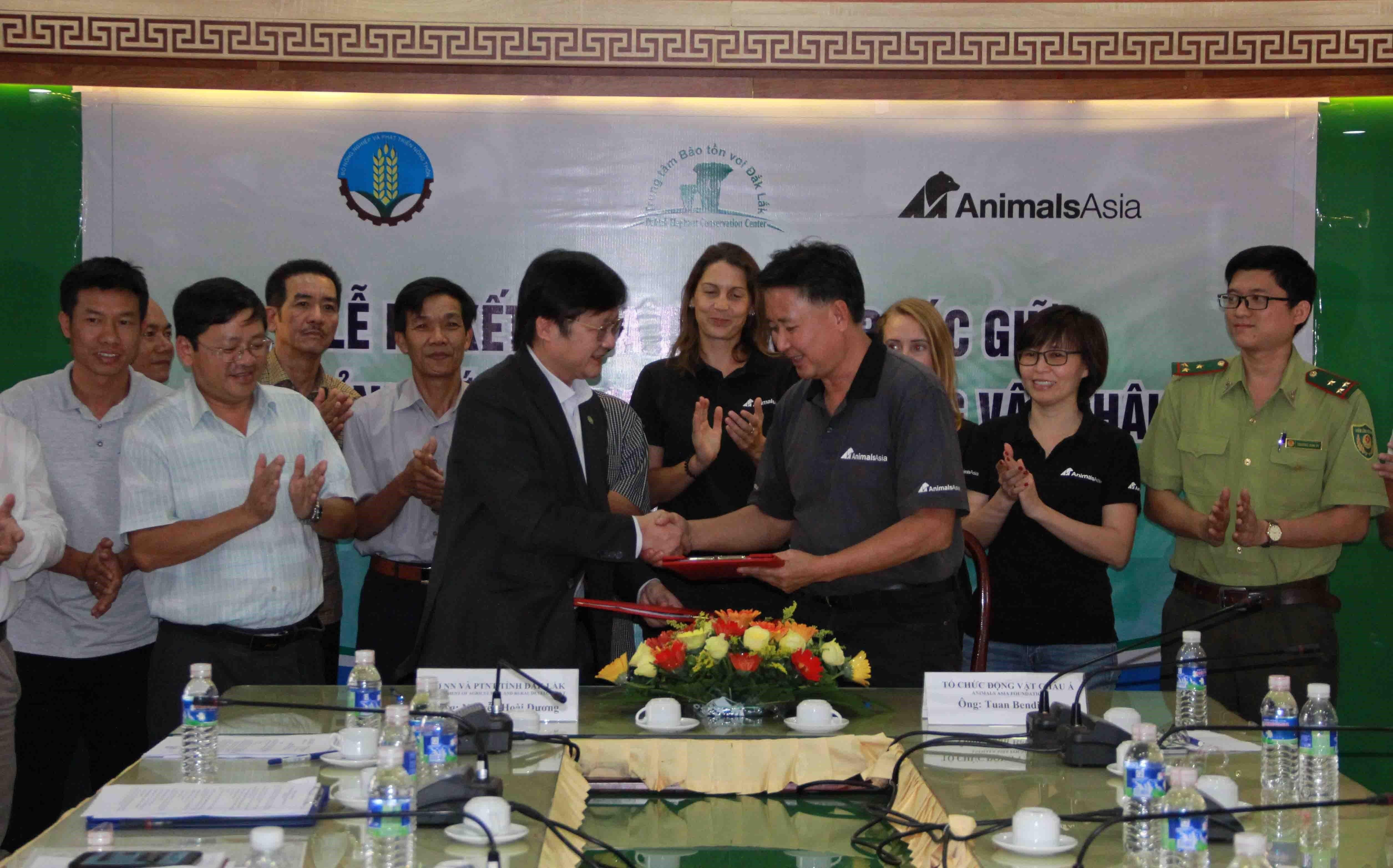 Đại diện Sở Nông nghiệp và Phát triển nông thôn tỉnh Đắk Lắk và đại diện Tổ chức Động vật Châu Á tại Việt Nam ký kết thỏa thuận bảo tồn voi ở Đắk Lắk giai đoạn 2019-2021 ngày 11/1/2019. (Ảnh: Phạm Cường/TTXVN)
