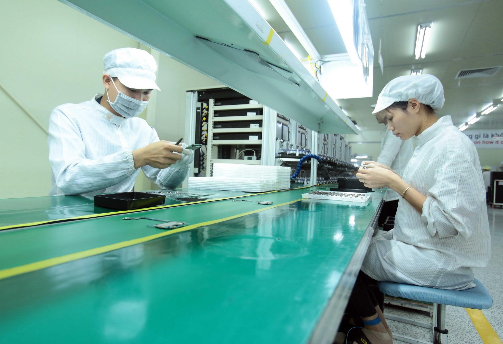 Công nhân sản xuất linh kiện điện tử tại Công ty TNHH 4P. (Ảnh: Phạm Kiên/TTXVN)