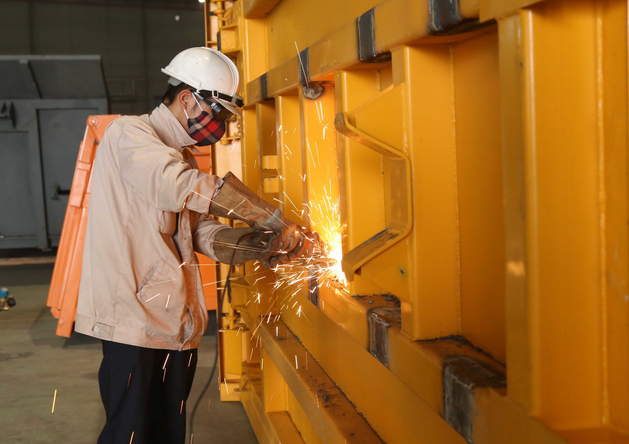 Công nhân sản xuất lắp ráp các chủng loại xe đầu kéo, xe ben tải nặng từ 8 tấn đến 90 tấn tại Công ty TNHH Liên doanh Maz Asia có vốn đầu tư của Cộng hòa Belarus. (Ảnh: Phạm Kiên/TTXVN)