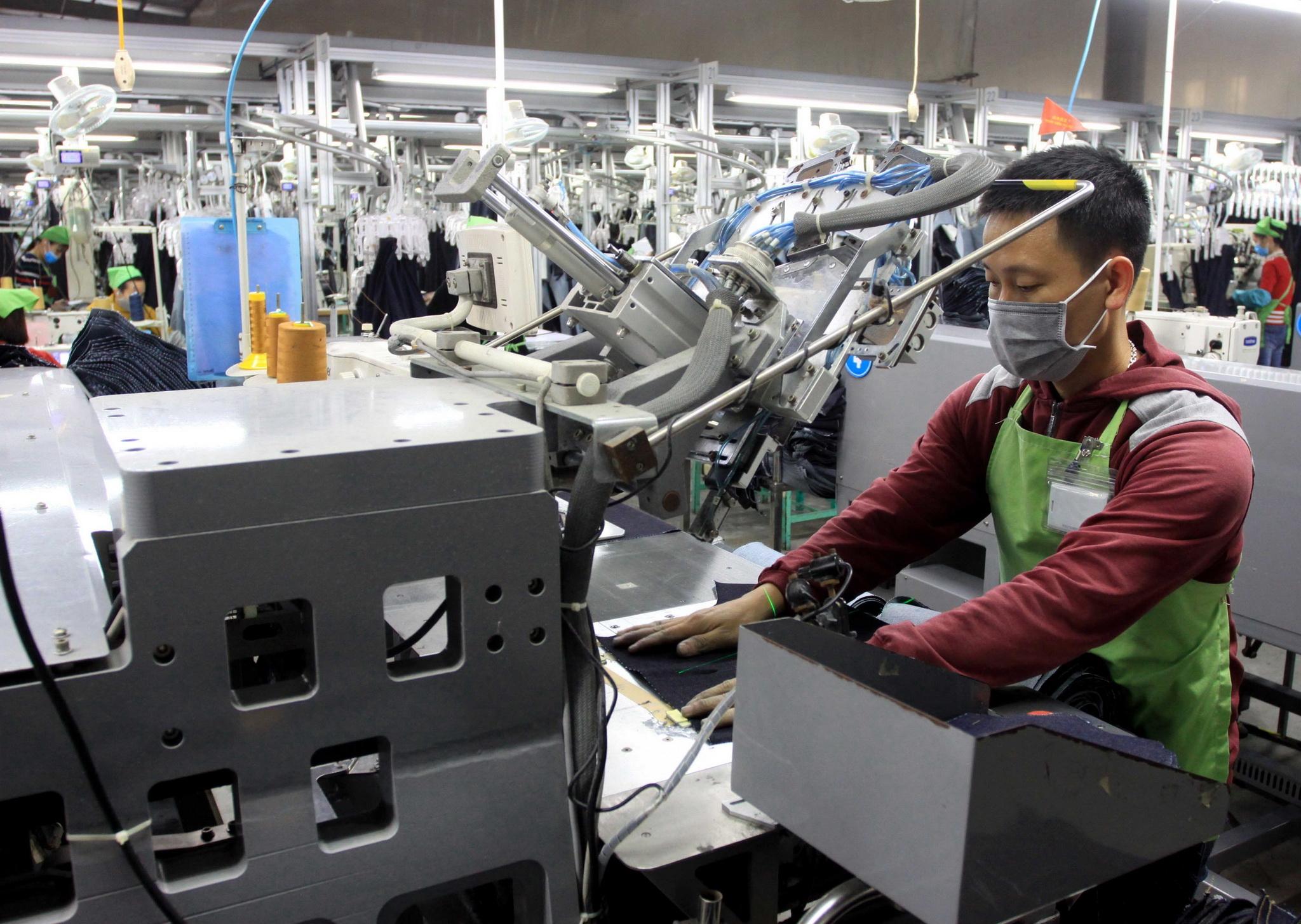 Công nhân sản xuất các sản phẩm tại Công ty TNHH may Texhong. (Ảnh: Thế Duyệt/TTXVN)
