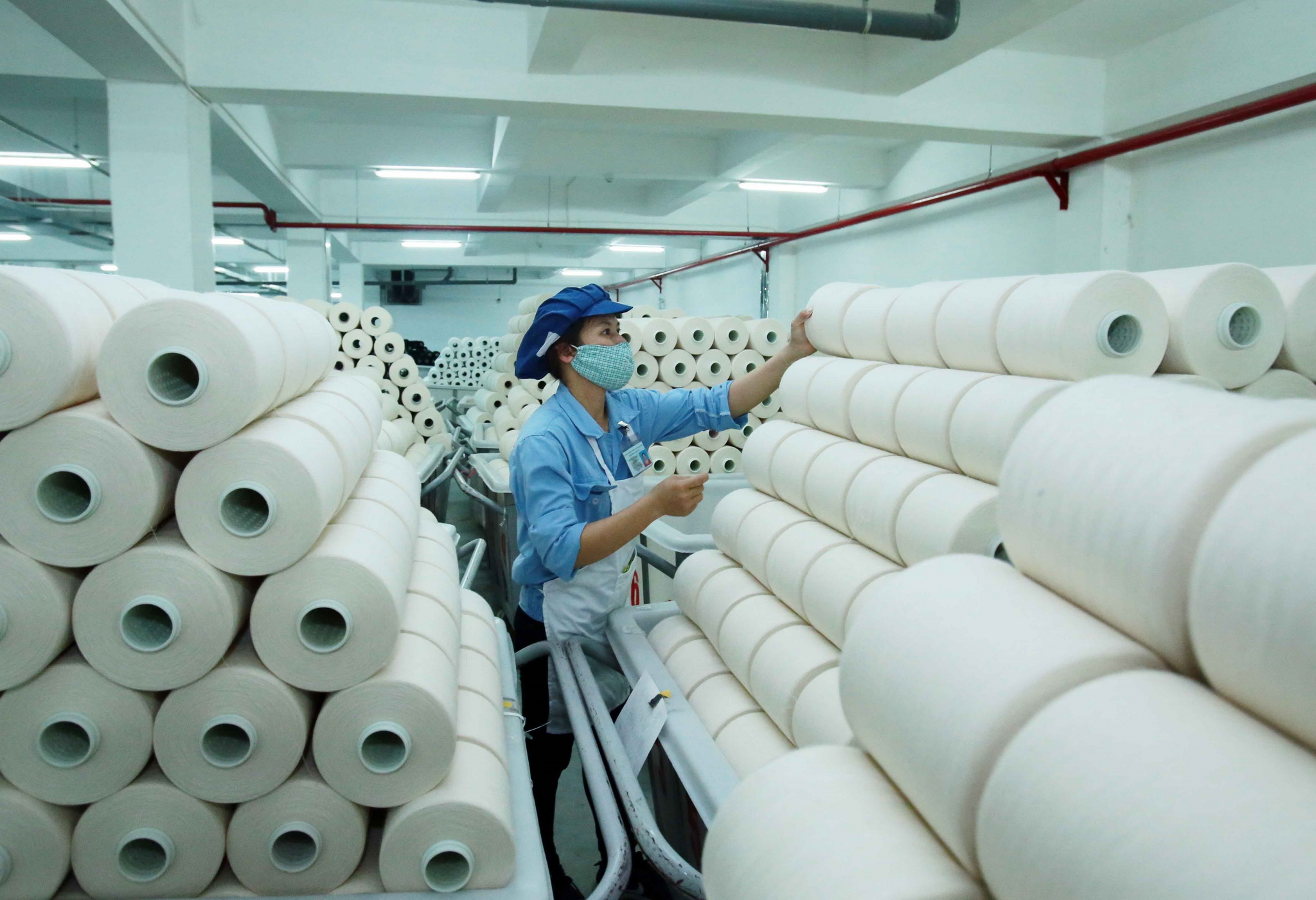 Công nhân sản xuất sản phẩm dệt nhuộm tại Công ty TNHH Dệt nhuộm Jasan Việt Nam (Khu Công nghiệp Phố nối B, Yên Mỹ, Hưng Yên). (Ảnh: Phạm Kiên/TTXVN)