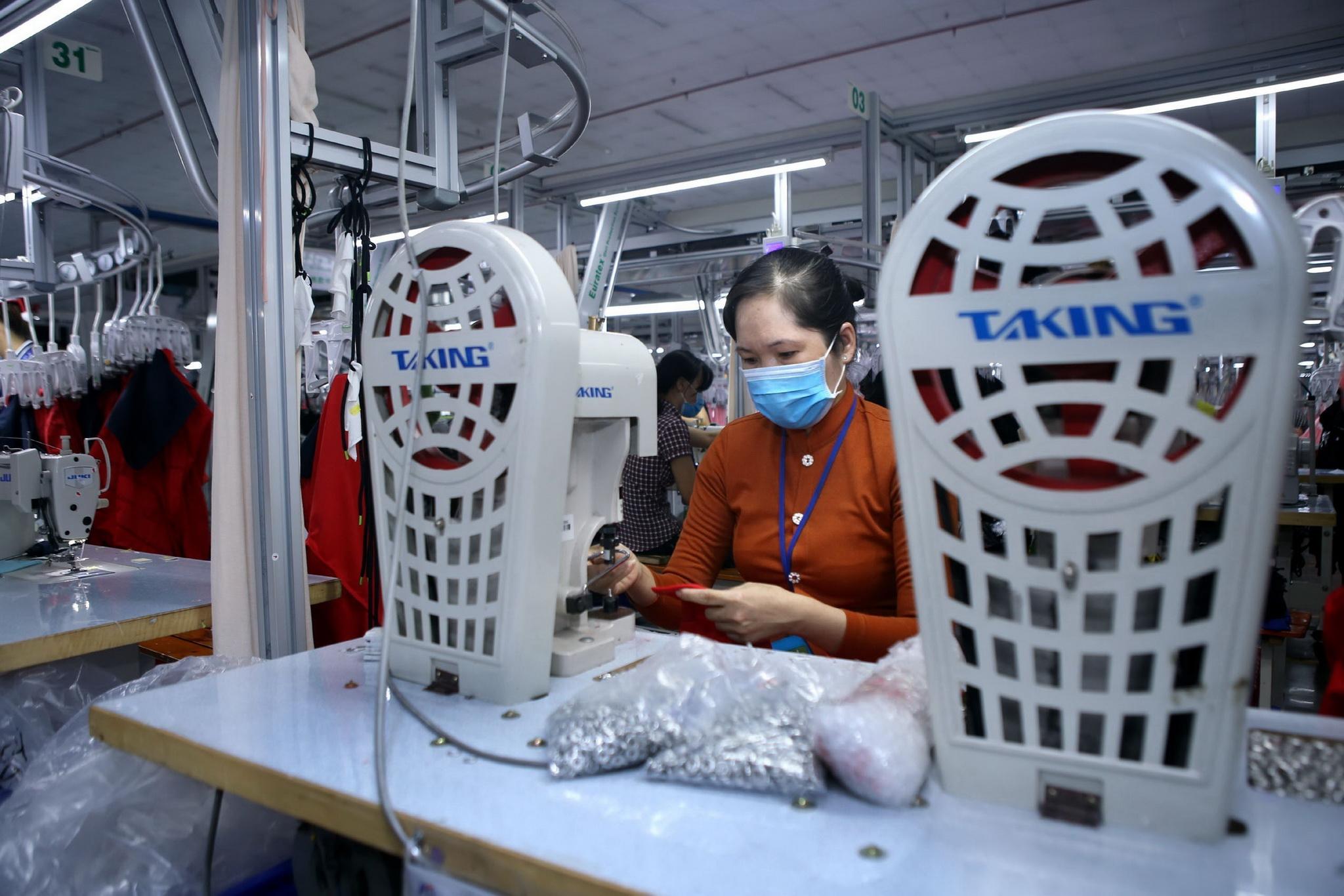 Dây chuyền sản xuất hàng may mặc xuất khẩu tại Công ty TNHH May Accasette Garment, vốn đầu tư của Đài Loan (Trung Quốc), tại khu công nghiệp Sóng Thần 3 (Bình Dương). (Ảnh: Danh Lam/TTXVN)