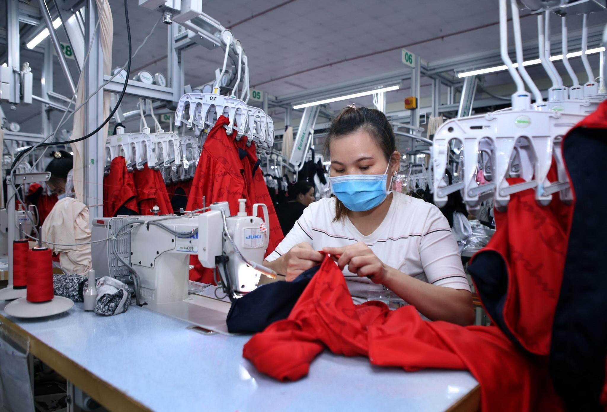 Dây chuyền sản xuất hàng may mặc xuất khẩu tại Công ty TNHH May Accasette Garment, vốn đầu tư của Đài Loan (Trung Quốc), tại khu công nghiệp Sóng Thần 3. (Ảnh: Danh Lam/TTXVN)