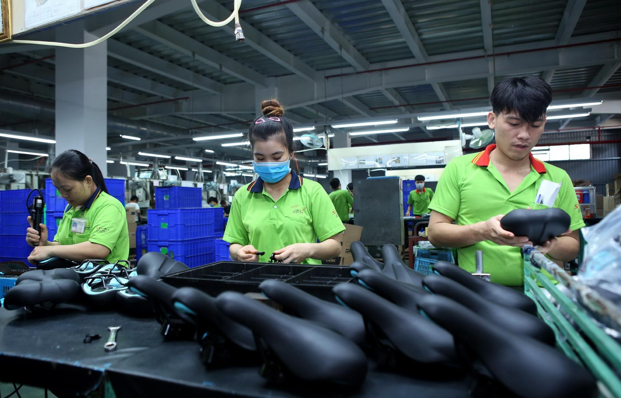 Dây chuyền sản xuất yên xe đạp xuất khẩu tại một doanh nghiệp cóvốn đầu tư của Đài Loan (Trung Quốc). (Ảnh: Danh Lam/TTXVN)