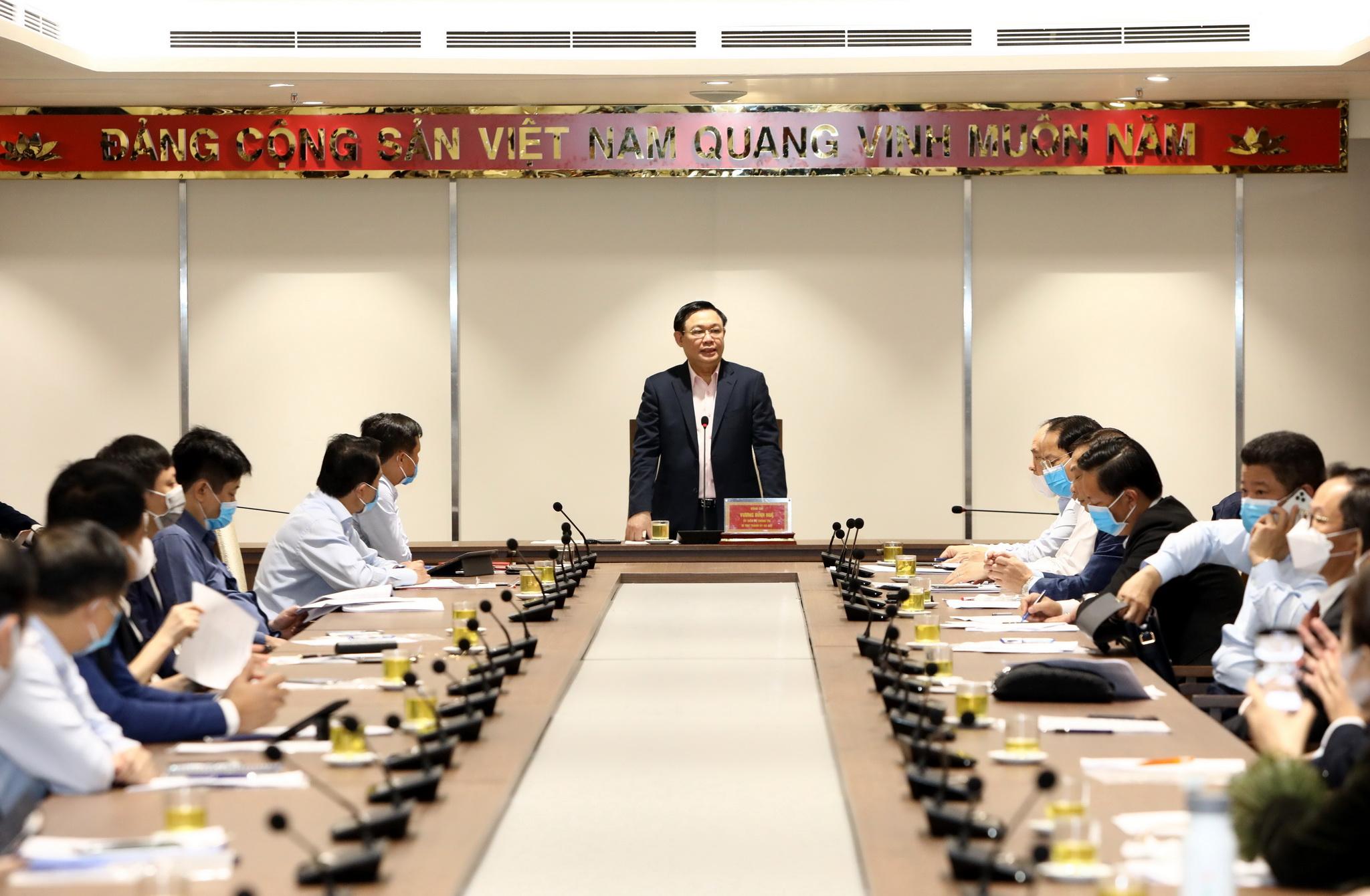 Bí thư Thành ủy Hà Nội Vương Đình Huệ bàn giải pháp tháo gỡ khó khăn cho các  doanh nghiệp của Thủ đô. (Nguồn: TTXVN)