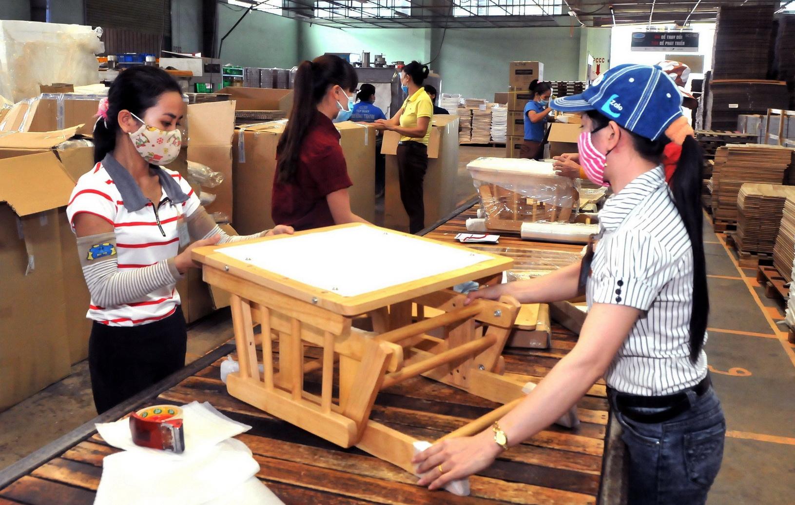Sản xuất đồ gỗ xuất khẩu tại huyện Đông Anh (Hà Nội). (Ảnh: Đỗ Phương Anh/TTXVN)