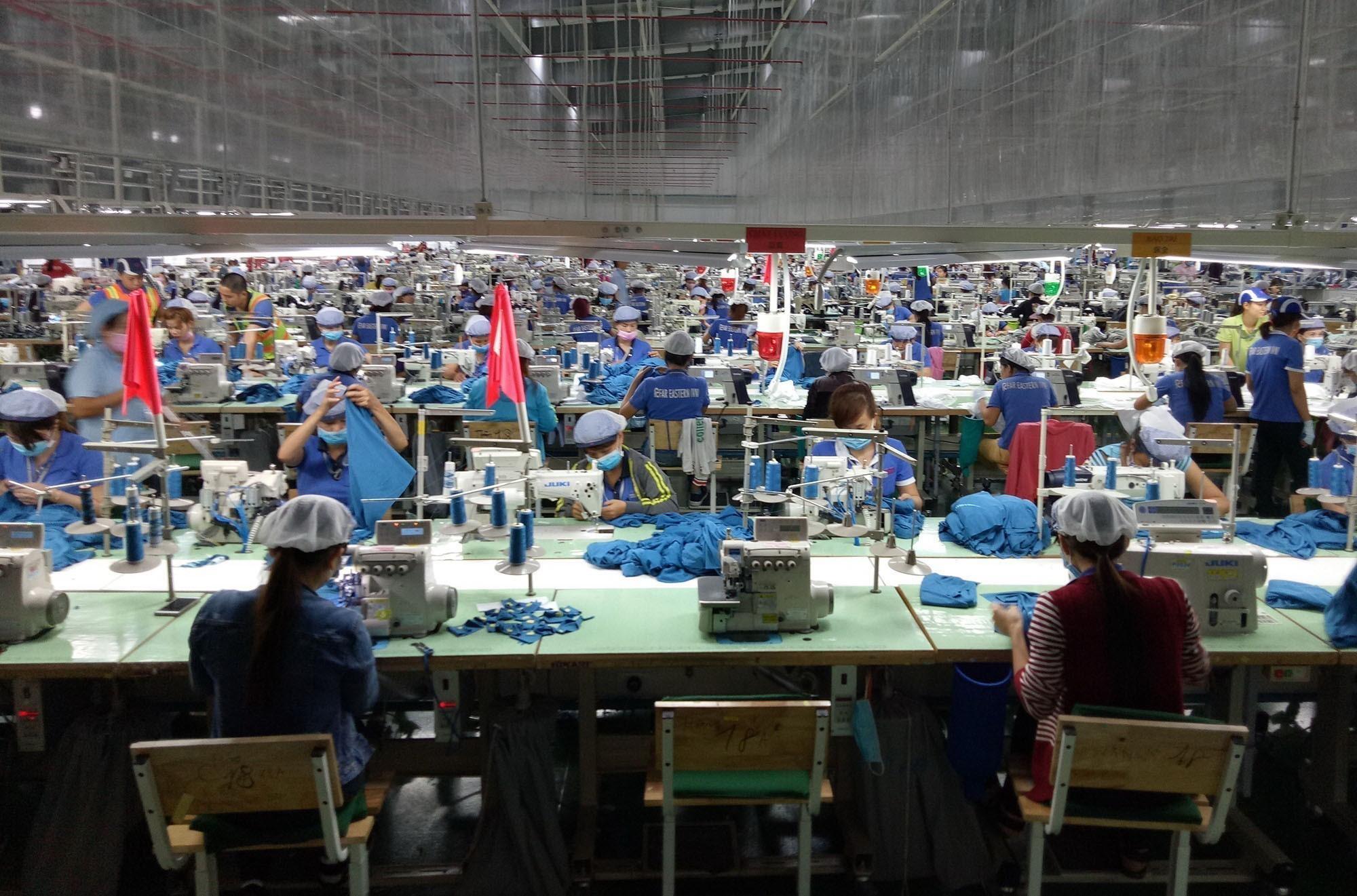 May hàng xuất khẩu tại một doanh nghiệp vốn đầu tư nước ngoài ở Bình Phước. (Ảnh: Dương Chí Tưởng/TTXVN)