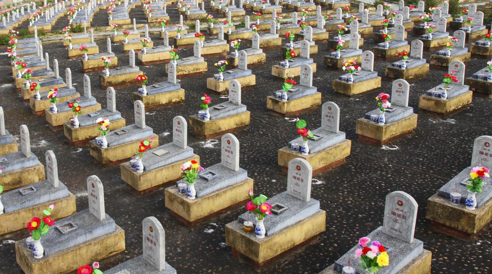 """Bạt ngàn những ngôi mộ """"Chưa biết tên"""" ở nghĩa trang Liệt sỹ quốc gia Đường 9 tại Quảng Trị. (Ảnh: Hồ Cầu/TTXVN)"""
