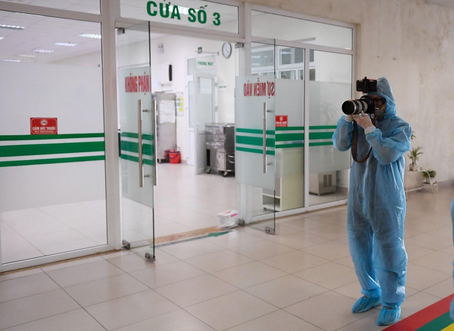 胡志明市青年报记者阮庆在越南中央热带病医院第二分院报道新闻。