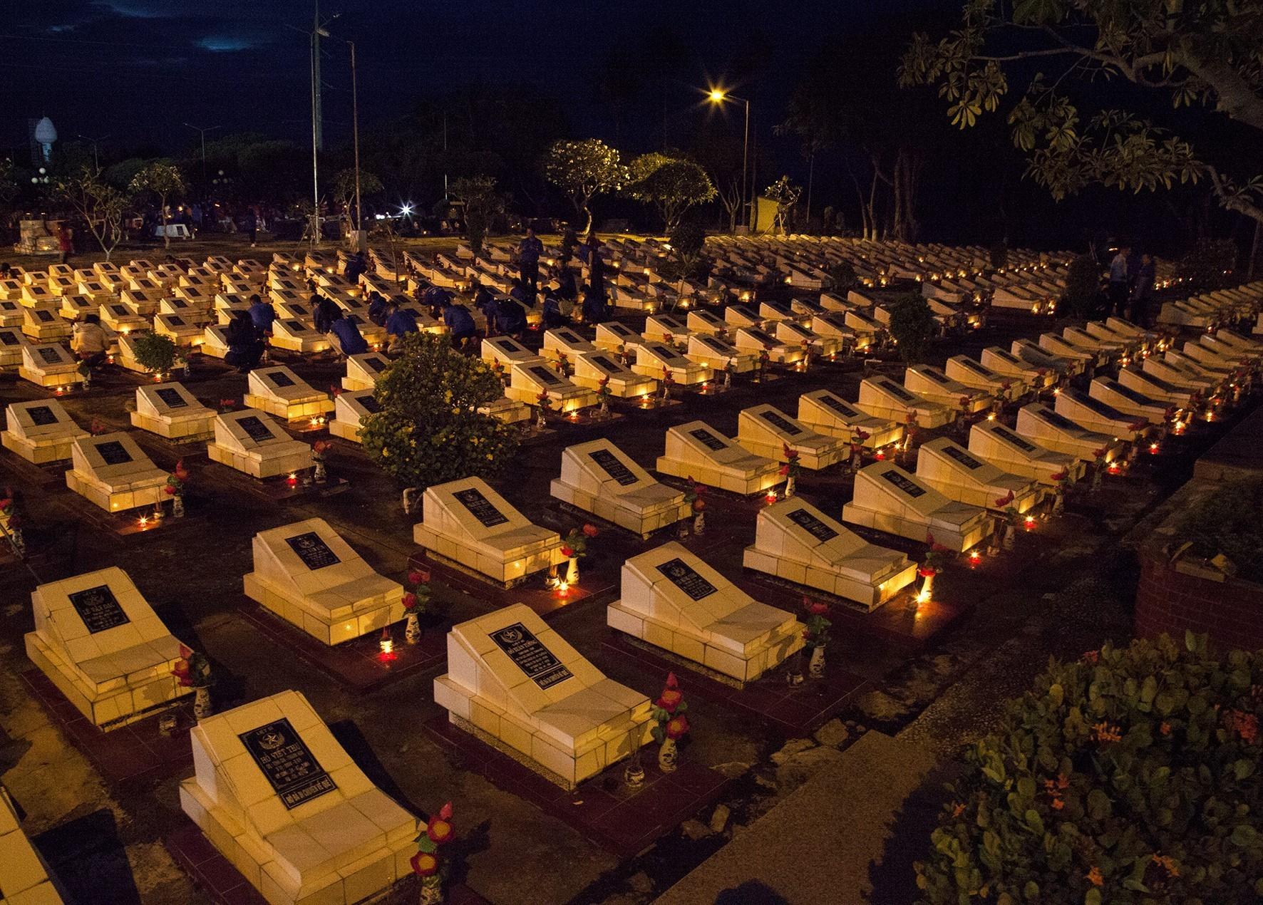 Thắp nến tri ân tại Nghĩa trang Liệt sỹ tỉnh Kiên Giang. (Ảnh: Hồng Đạt/TTXVN)