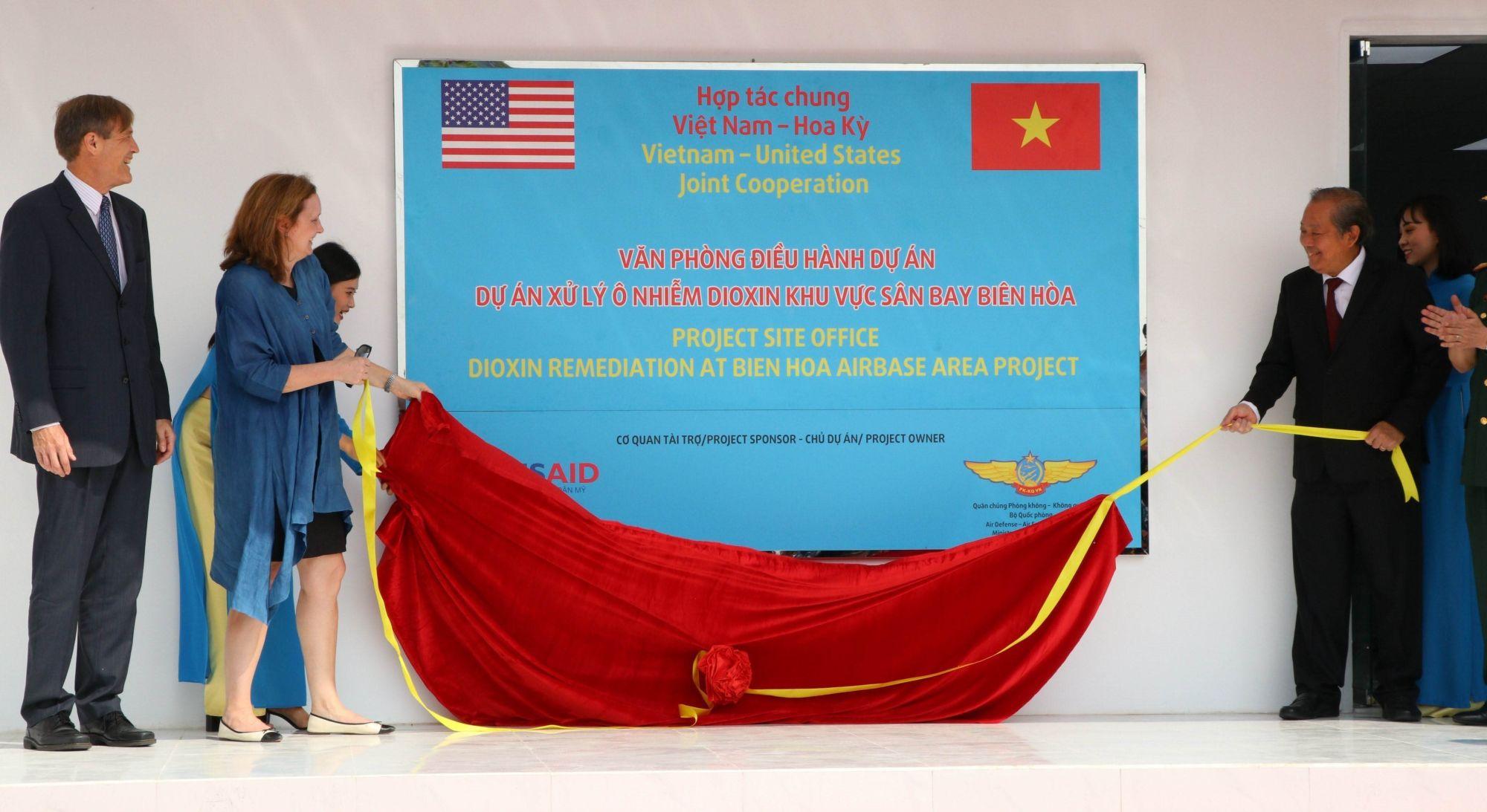 12月5日在同奈省,美国国际开发署与越南国防部、消除有毒化学物质危害与克服环境事故国家行动中心(NACCET)联合举行边和机场迪奥辛污染清除项目动工仪式暨总额6500万美元的残疾人协助项目签字仪式。图自越通社