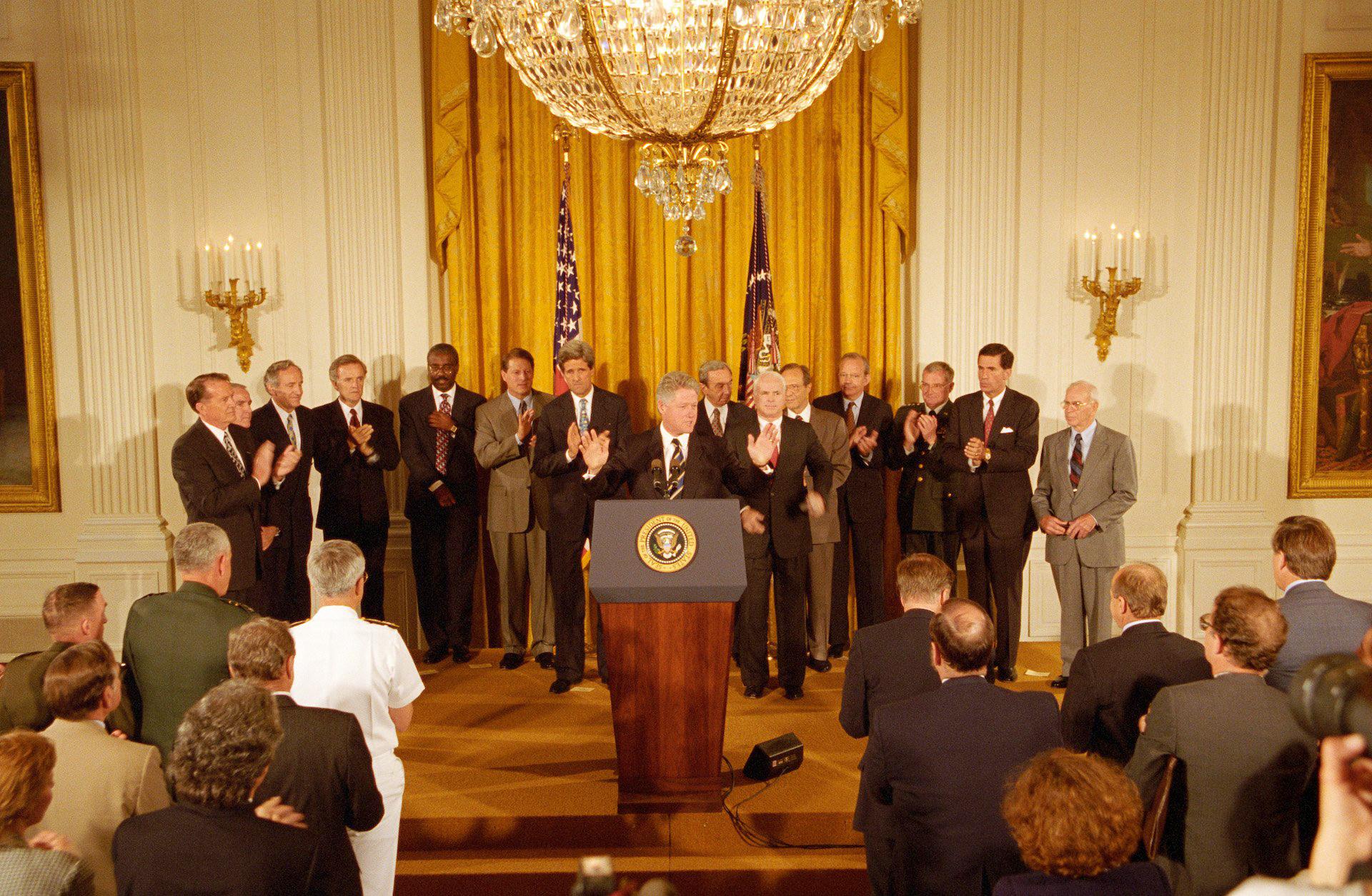 美国时间1995年7月11日晚,时任美国总统威廉•杰斐逊•克林顿(William Jefferson Clinton)宣布越美外交关系正常化。图自越通社