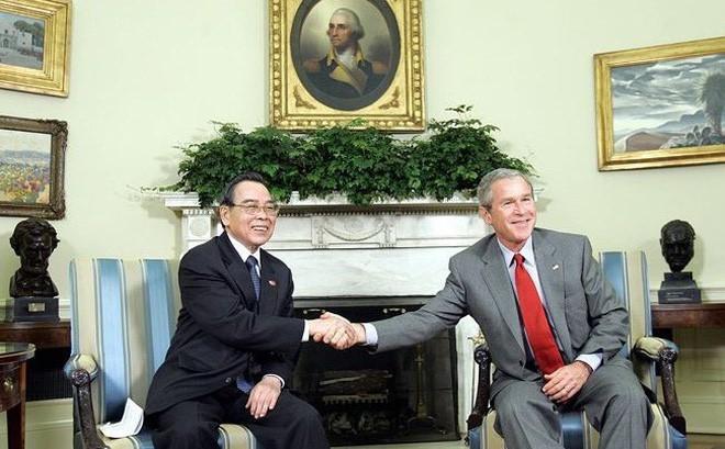 时任越南政府总理潘文凯2005年6月21日对美国进行正式访问期间与美国总统乔治•沃克•布什(George Walker Bush)进行历史性的握手。图自AP/越通社