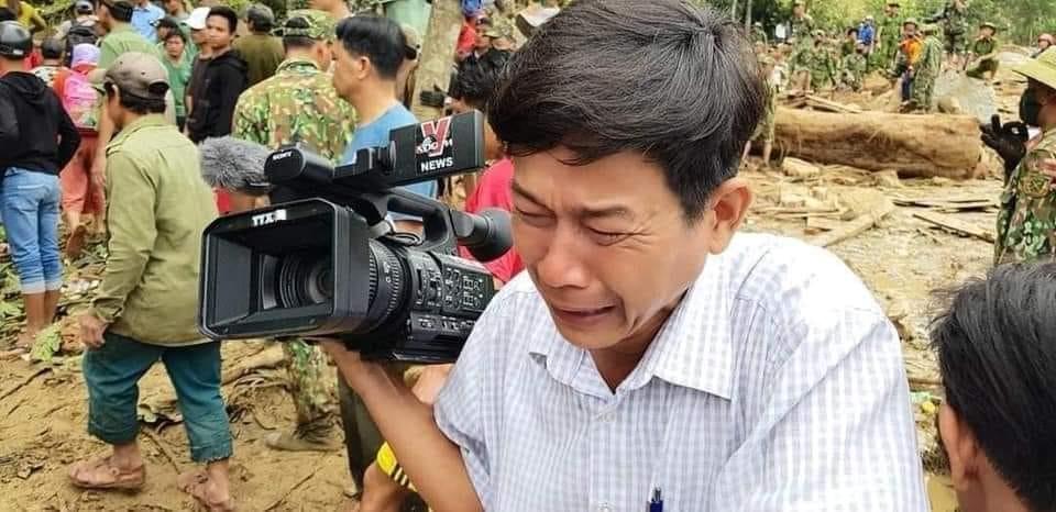 Phóng viên Đoàn Hữu Trung, thường trú tại Quảng Nam, bật khóc khi nhìn cảnh thi thể bé nhỏ được đưa lên từ đống bùn đất trong vụ sạt lở ở Trà Leng.