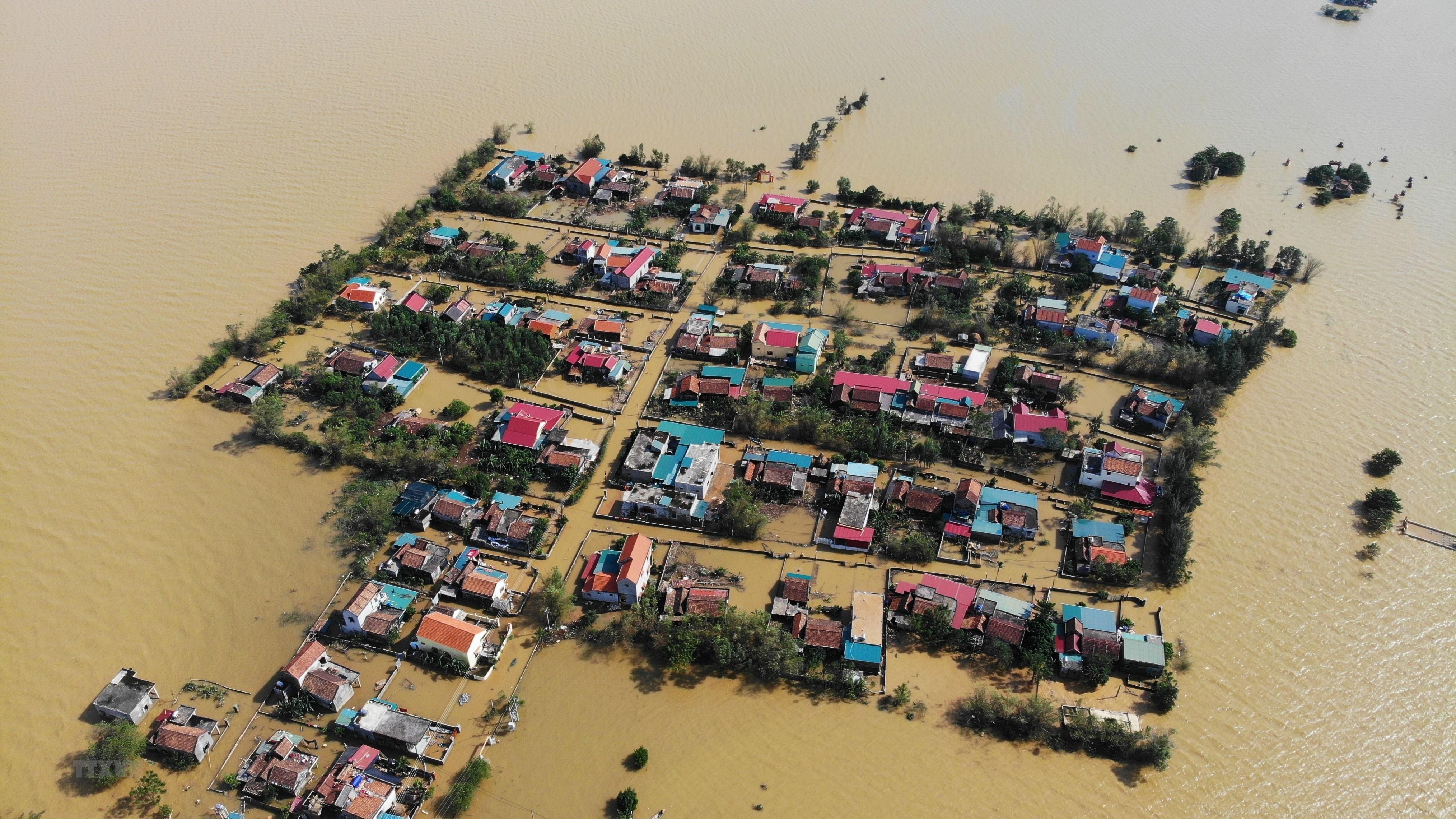 Thôn Hữu Tân, xã Tân Ninh, huyện Quảng Ninh (Quảng Bình) bị nước lũ bủa vây tứ phía. (Ảnh: Danh Lam/TTXVN)