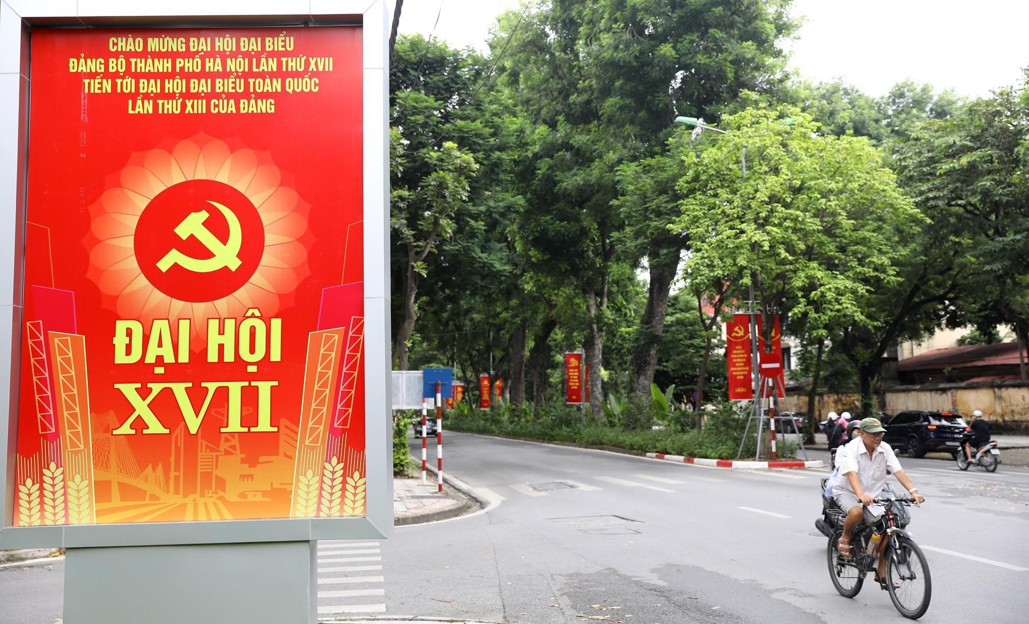 Pano cỡ lớn trang trí góc đường Hoàng Diệu với Hoàng Văn Thụ để tuyên truyền về sự kiện chính trị quan trọng của Thủ đô. (Ảnh: Văn Điệp/TTXVN)