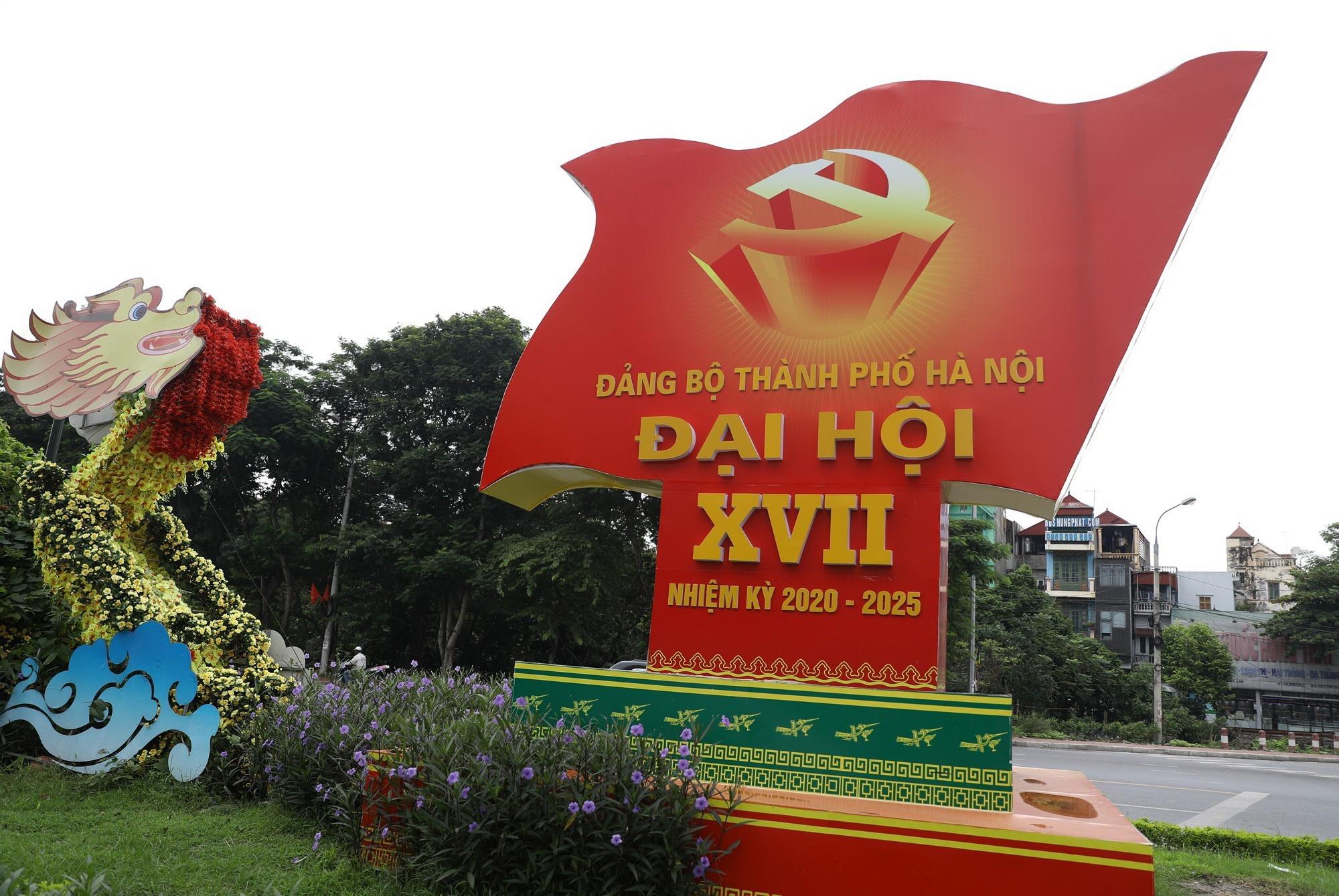 """Pano, áp phích với dòng chữ """"Chào mừng Đại hội Đảng bộ Thành phố Hà Nội lần thứ XVII"""" cỡ lớn được trang trí tại các khu vực trung tâm huyện Đông Anh. (Ảnh: Văn Điệp/TTXVN)"""