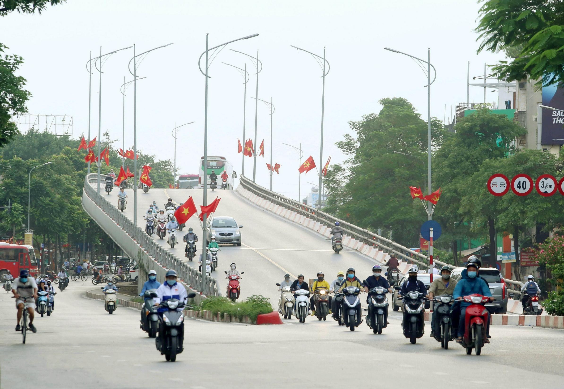Cầu vượt Trần Khát Chân rực rỡ cờ chào mừng 1010 năm Thăng Long-Hà Nội. (Ảnh: Hoàng Hiếu/TTXVN)