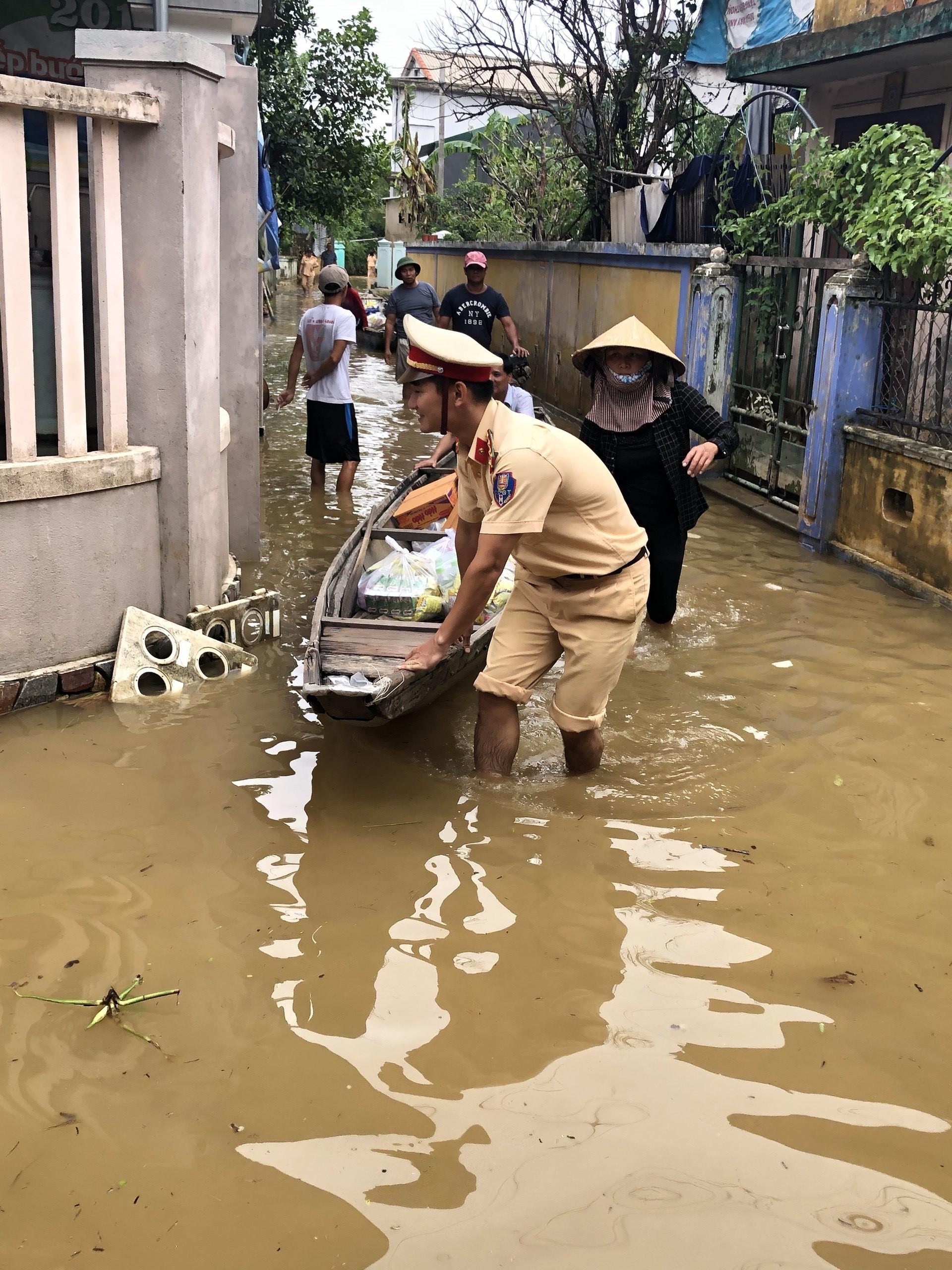 Công an Thừa Thiên - Huế vận chuyển lương thực hỗ trợ người dân vùng lũ. Ảnh: TTXVN phát