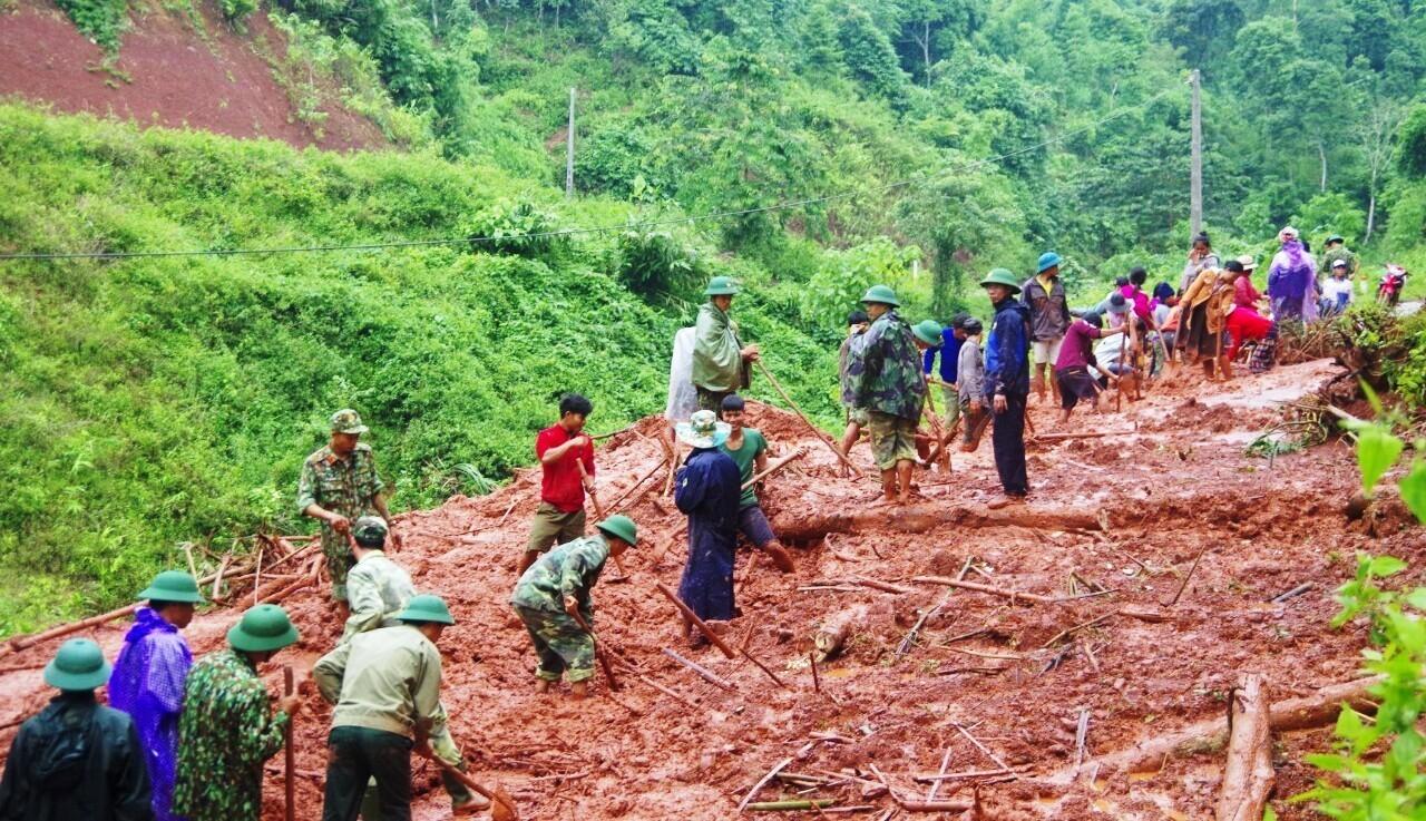 Quảng Bình: Bộ đội Biên phòng đồng hành cùng bà con vùng biên khắc phục mưa lũ