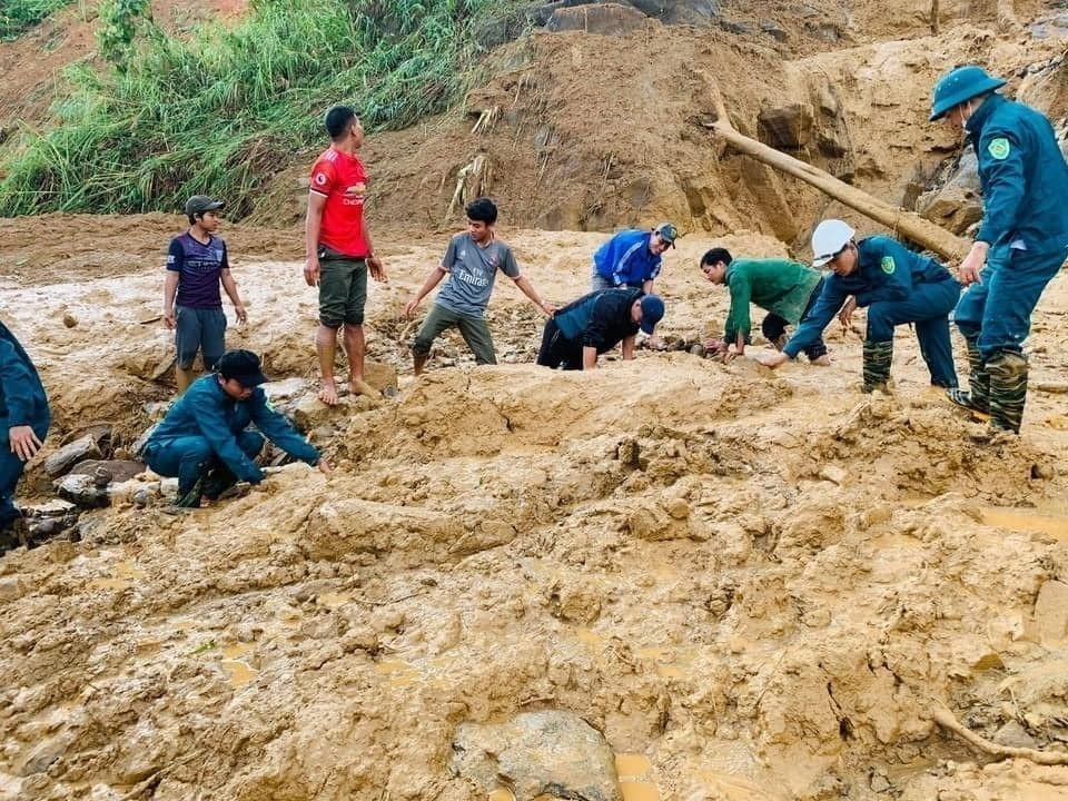 Đội cứu hộ và người dân tìm kiếm các nạn nhân trong vụ sạt lở ở Phước Sơn, Quảng Nam (Nguồn: TTXVN)