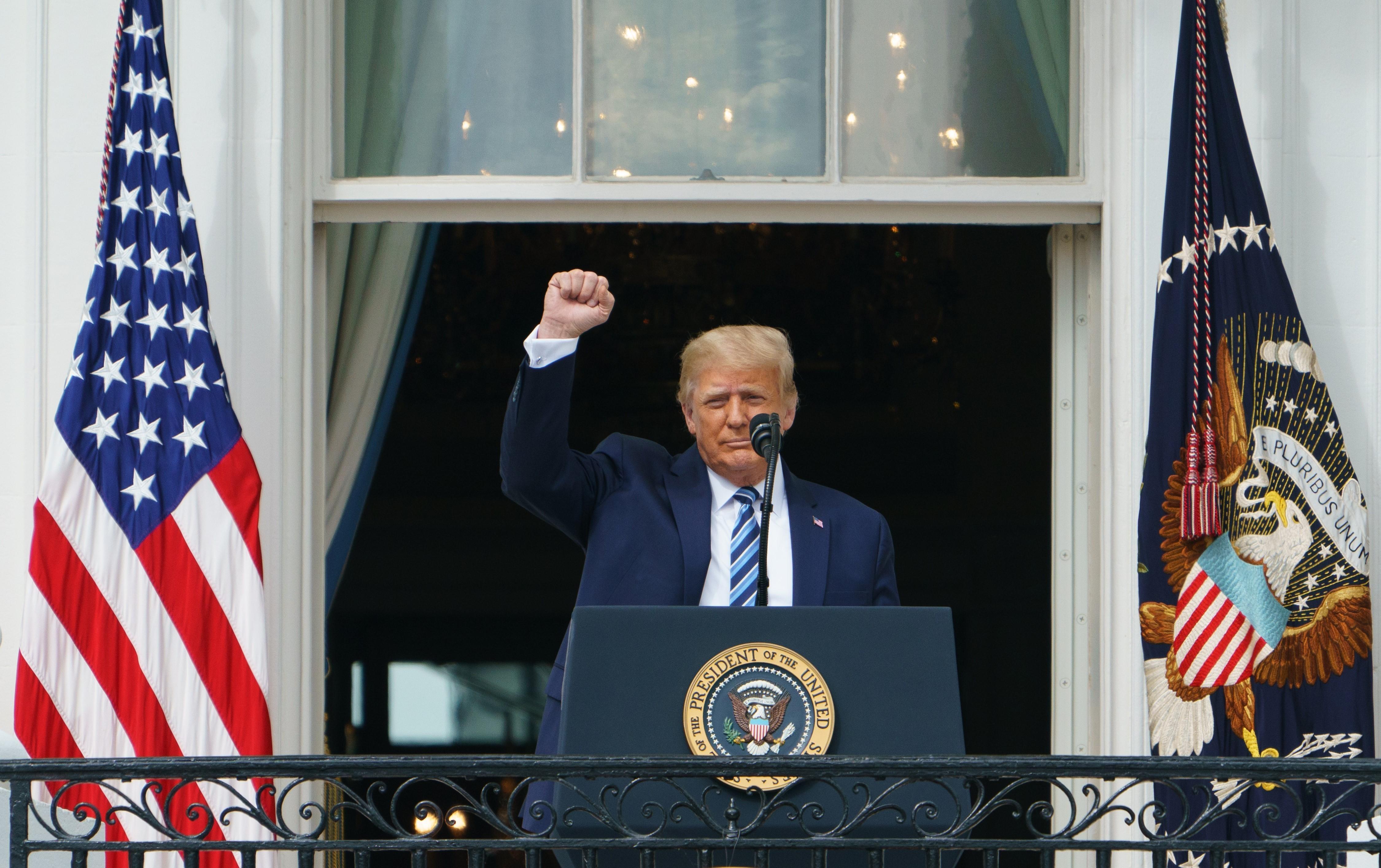 Tổng thống Mỹ Donald Trump gặp gỡ những người ủng hộ tại Nhà Trắng ở Washington DC., ngày 10/10/2020. (Ảnh: AFP/TTXVN)