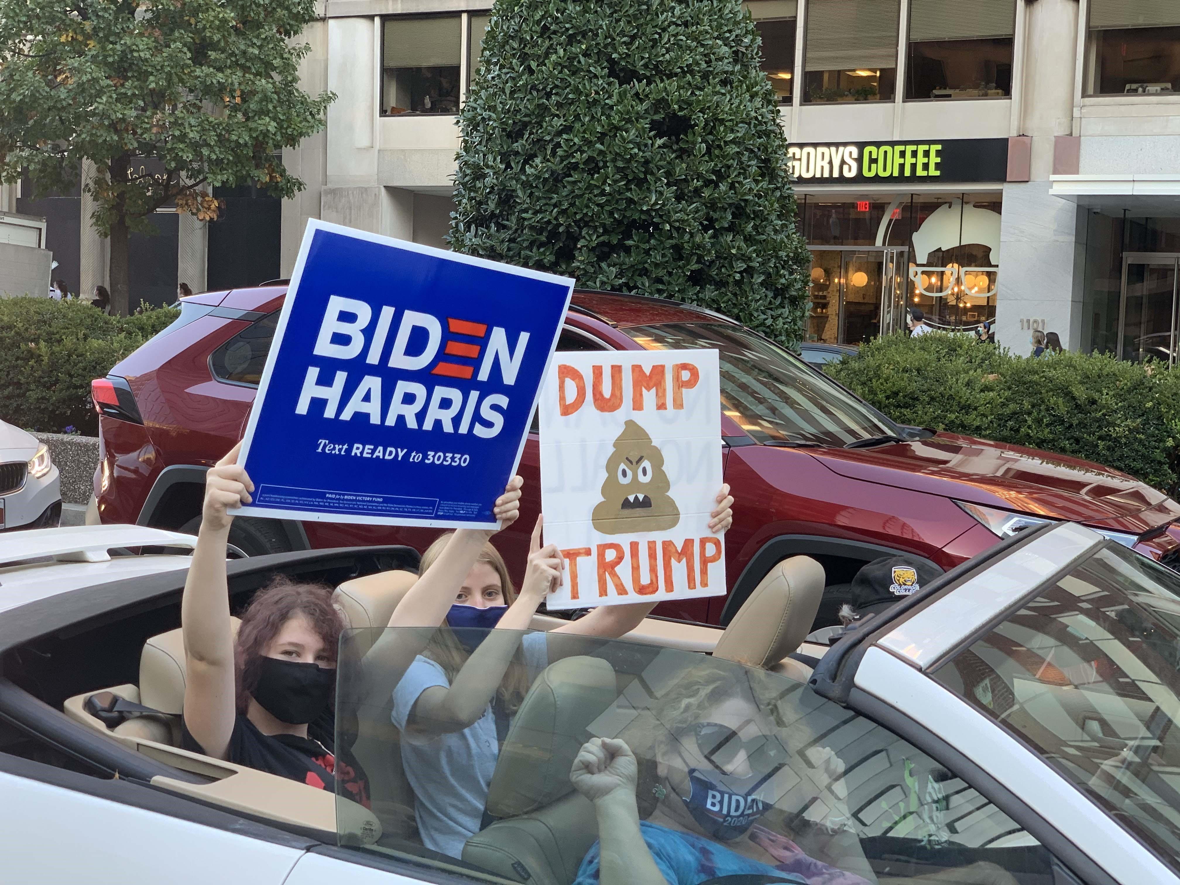 Người dân Mỹ bày tỏ niềm vui trước chiến thắng của ứng cử viên đảng Dân chủ Joe Biden bằng một cuộc diễu hành trên ôtô. (Ảnh: Đặng Huyền/TTXVN)