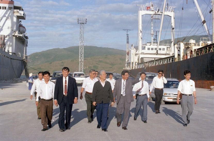 Tổng Bí thư Đỗ Mười thăm cảng Quy Nhơn (Bình Định) ngày 7/2/1996. (Ảnh: Xuân Lâm/TTXVN)