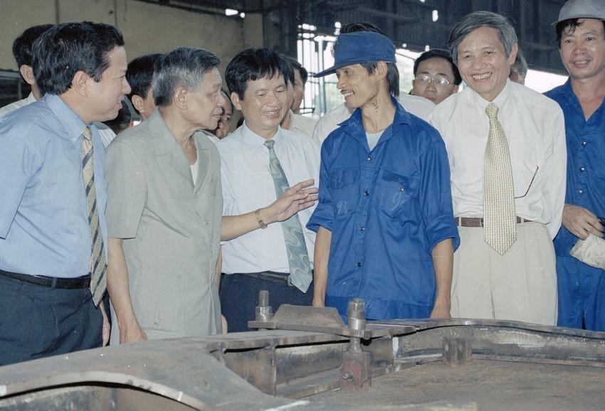 Ngày 26/12/1997, tại Hội nghị lần thứ tư Ban Chấp hành trung ương Đảng khoá VIII, đồng chí Lê Khả Phiêu được bầu làm Tổng Bí thư. Trong ảnh: Tổng Bí thư Lê Khả Phiêu thăm hỏi công nhân phân xưởng đóng mới nhà máy xe lửa Gia Lâm, ngày 27/8/2000. (Ảnh: Anh Tôn/TTXVN)