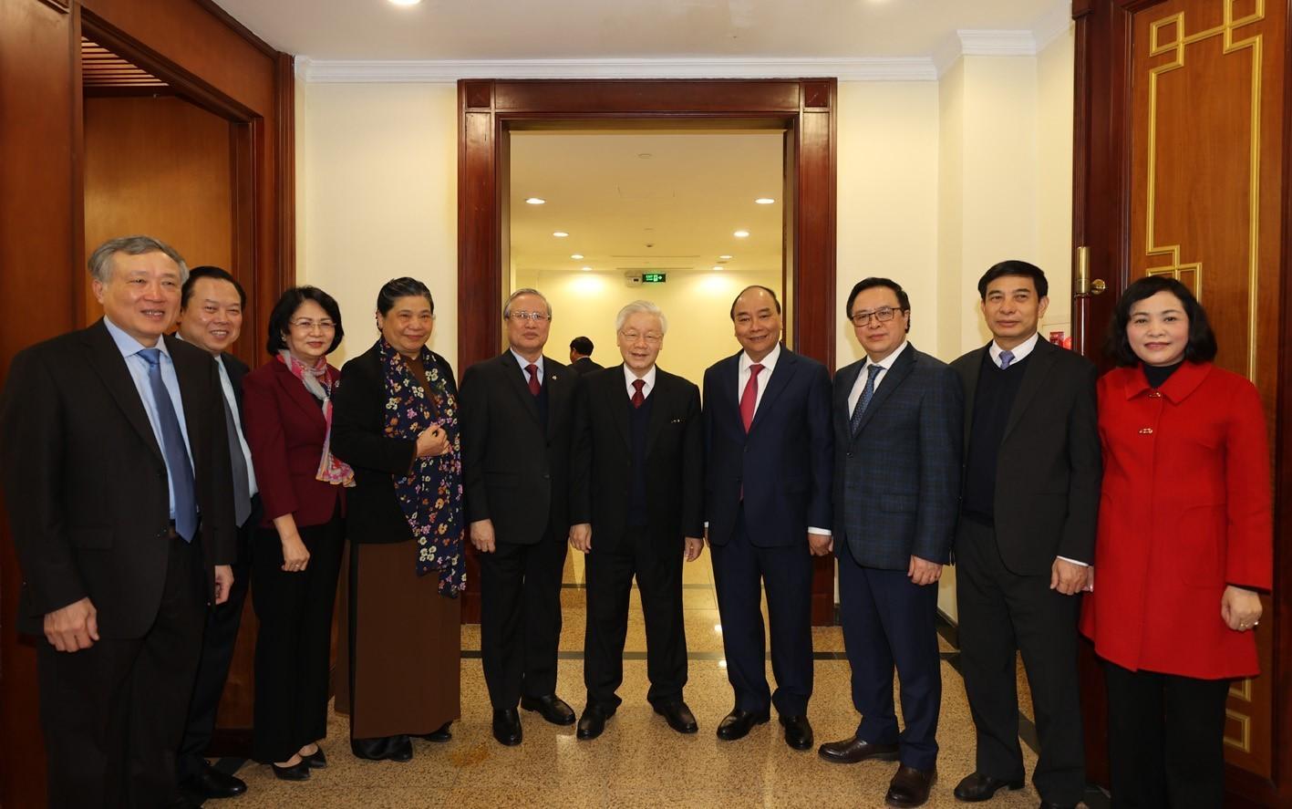 Tổng Bí thư, Chủ tịch nước Nguyễn Phú Trọng và Thủ tướng Nguyễn Xuân Phúc với các đại biểu dự bế mạc Hội nghị Ban chấp hành Trung ương Đảng lần thứ 15. (Ảnh: Trí Dũng/TTXVN)