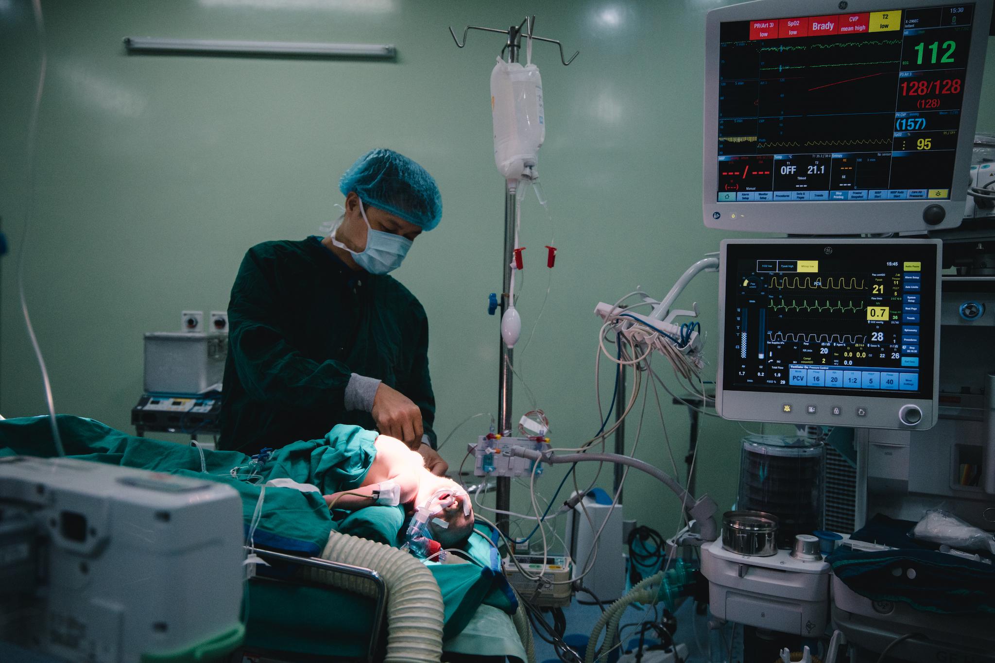 Mọi tình trạng của bệnh nhân được các bác sỹ theo dõi chặt chẽ. (Ảnh: Minh Sơn/Vietnam+)
