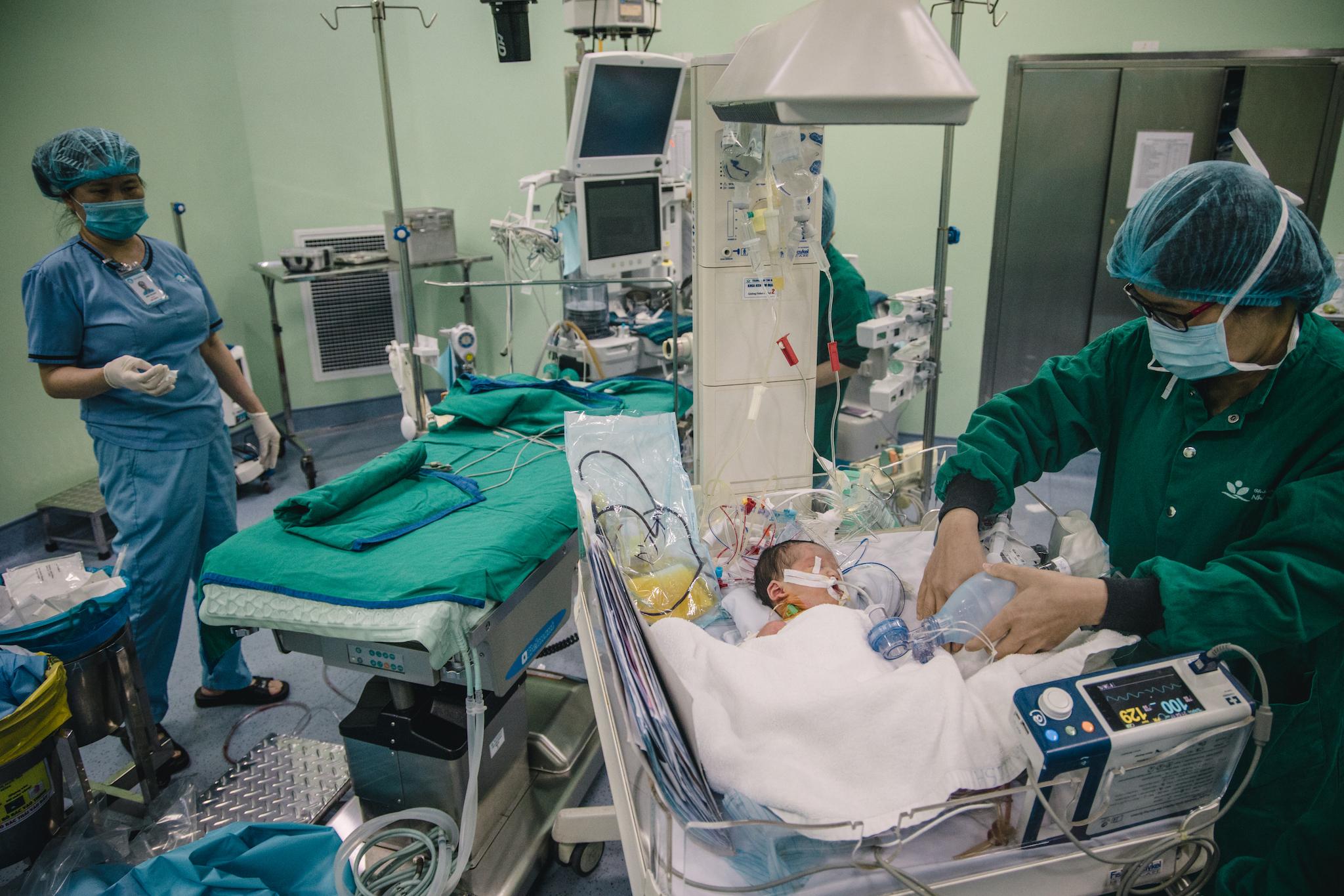 Lúc bác sỹ Trường mệt mỏi đi ra, anh Lượng đứng tim vì sợ rằng có tin xấu. Thế nhưng khi biếtcon trai được cứu sống, anh đã rớt nước mắt vì mừng. Có thể nói êkíp của bác sỹ Trường và đồng nghiệp như những người cha, người mẹ đã sinh ra bé một lần nữa.(Ảnh: Minh Sơn/Vietnam+)