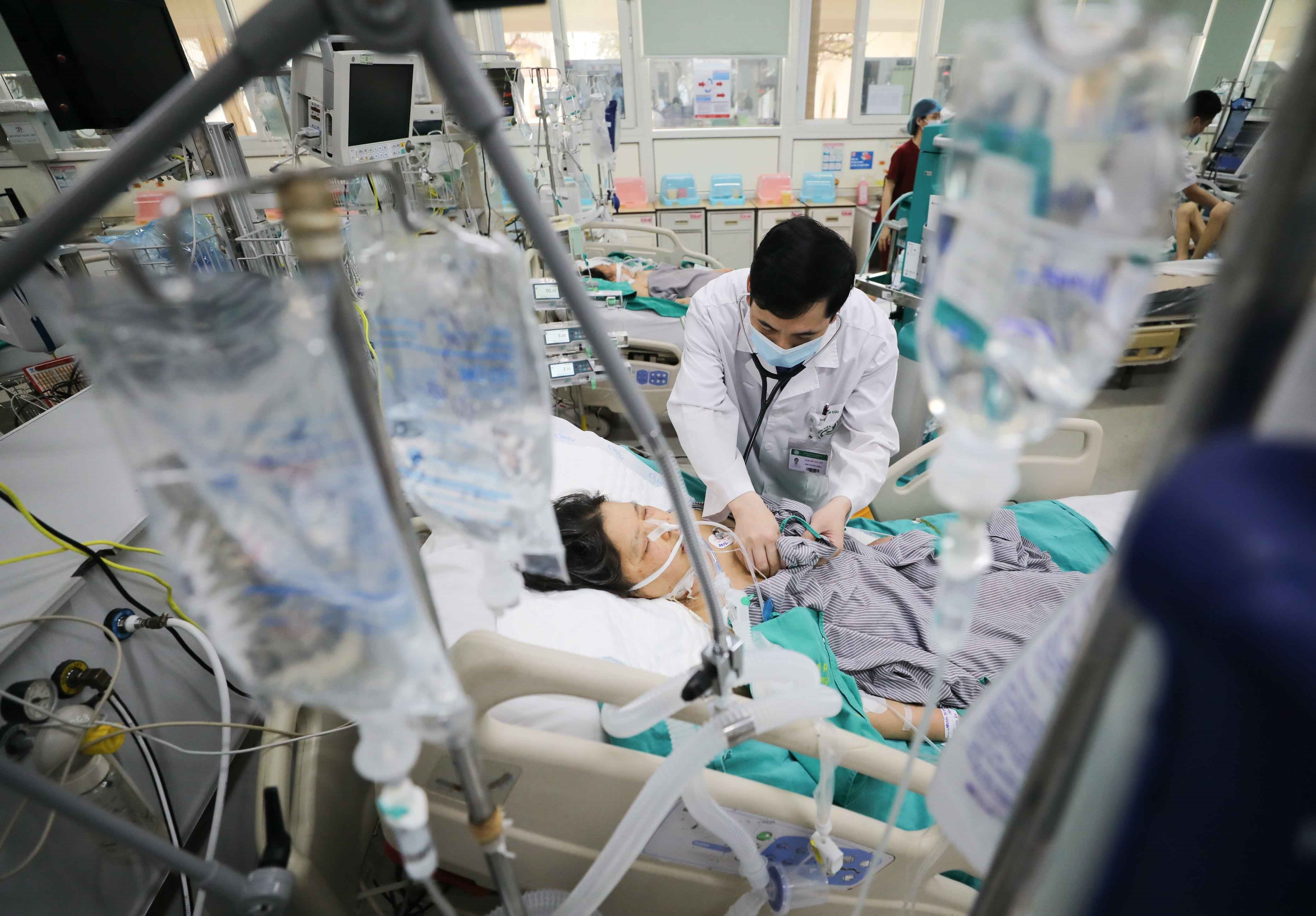 Các y bác sỹ với những nỗ lực cứu chữa cho bệnh nhân. (Ảnh: PV/Vietnam+)