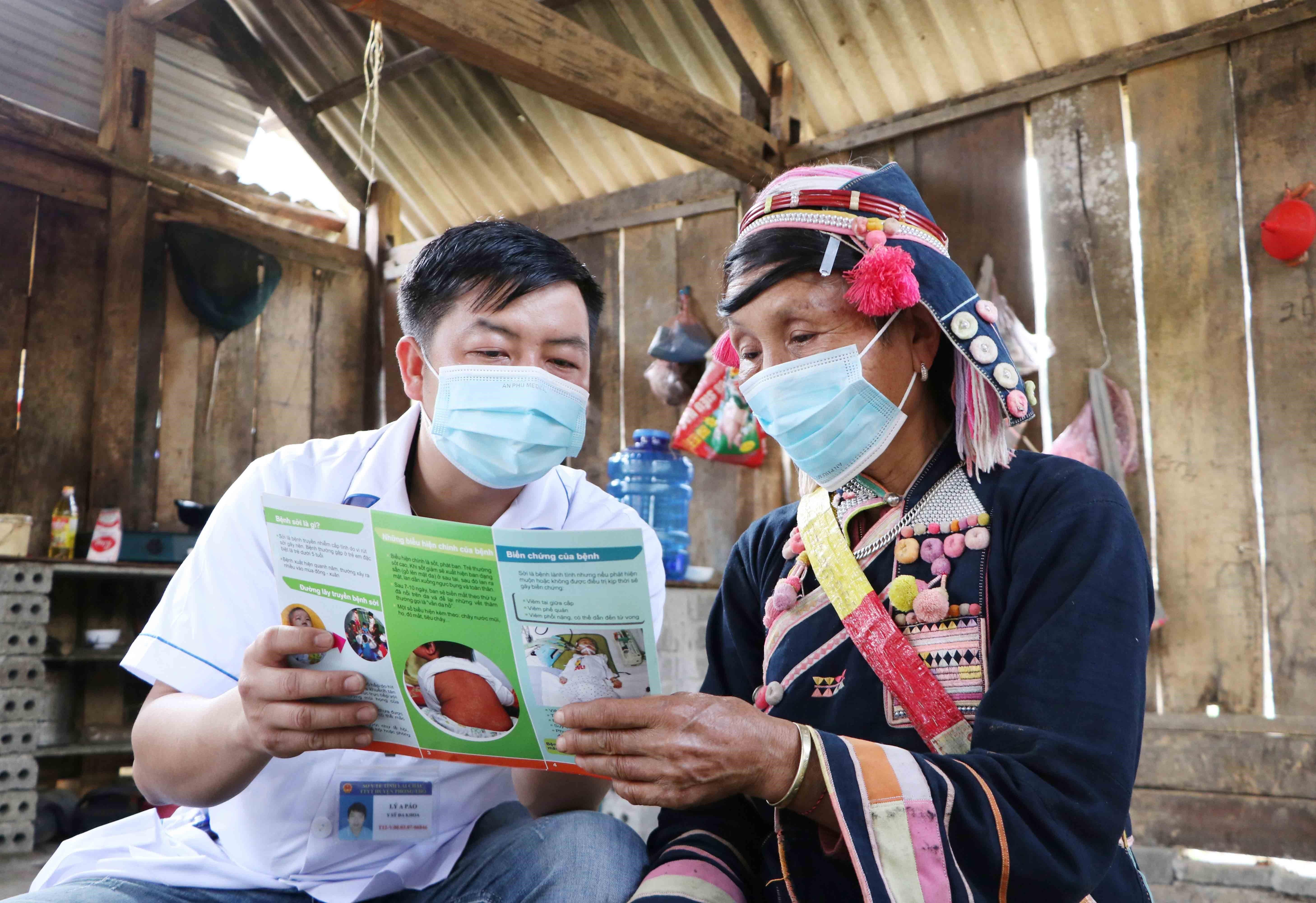 Cán bộ y tế Trạm Y tế xã Huổi Luông, huyện Phong Thổ, tỉnh Lai Châu  xuống các bản tuyên truyền cho bà con về chính sách y tế, phòng chống  bệnh tật. (Ảnh: Nguyễn Oanh/TTXVN)
